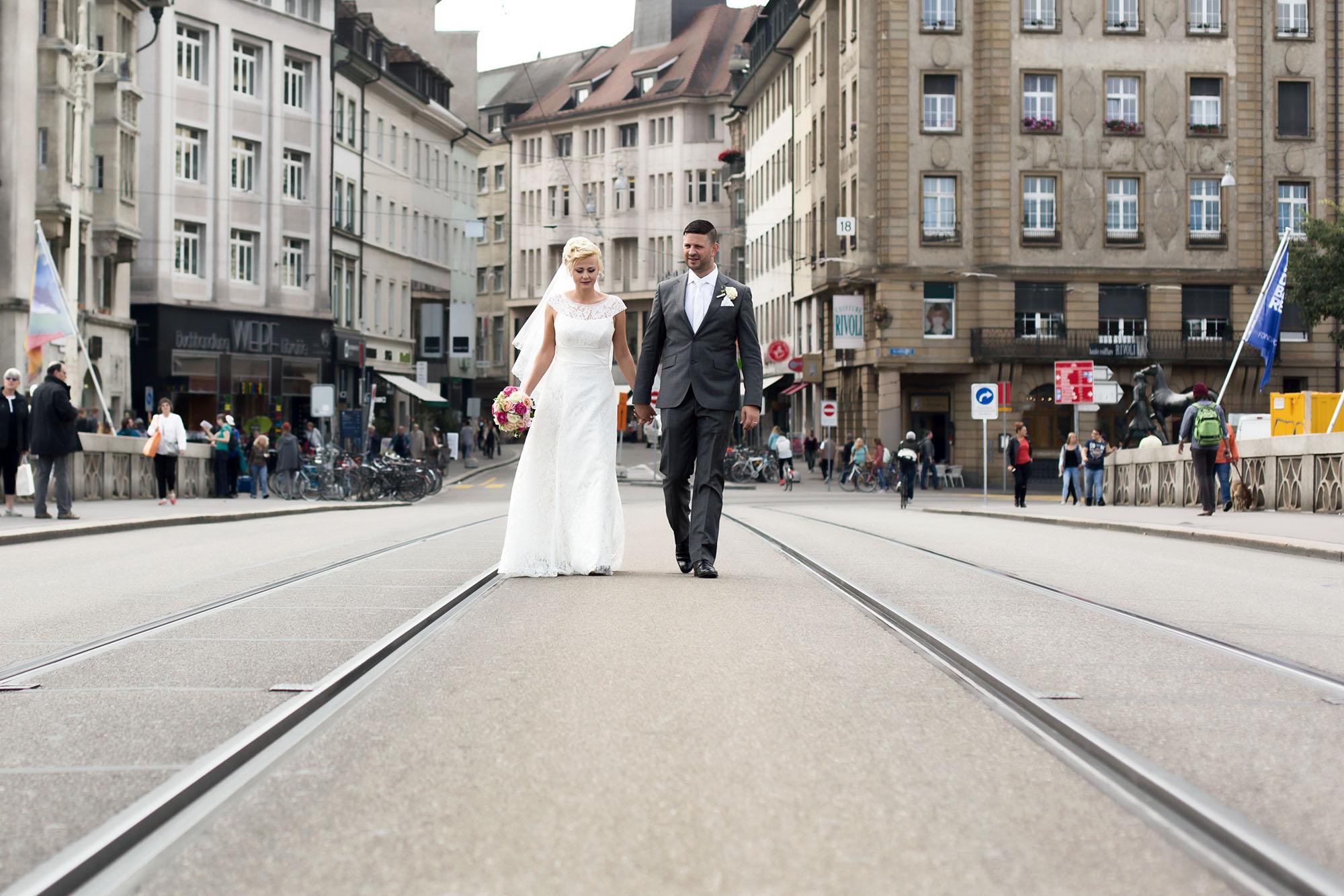 Brautpaar Fotoshooting auf der Rheinbruecke in Basel