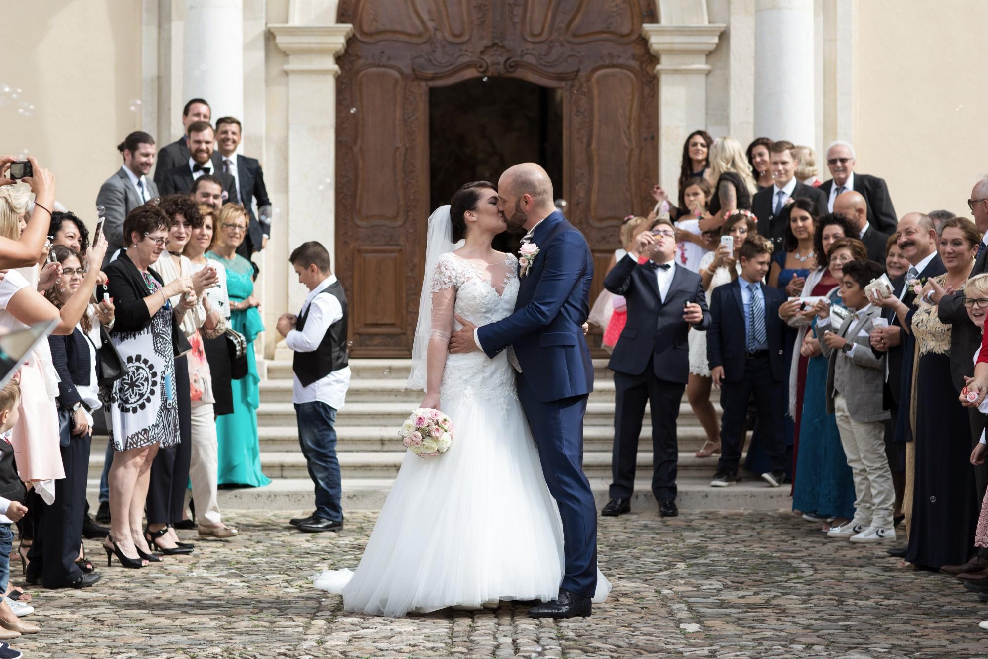 Brautpaar mit Freunden und Seifenblasen