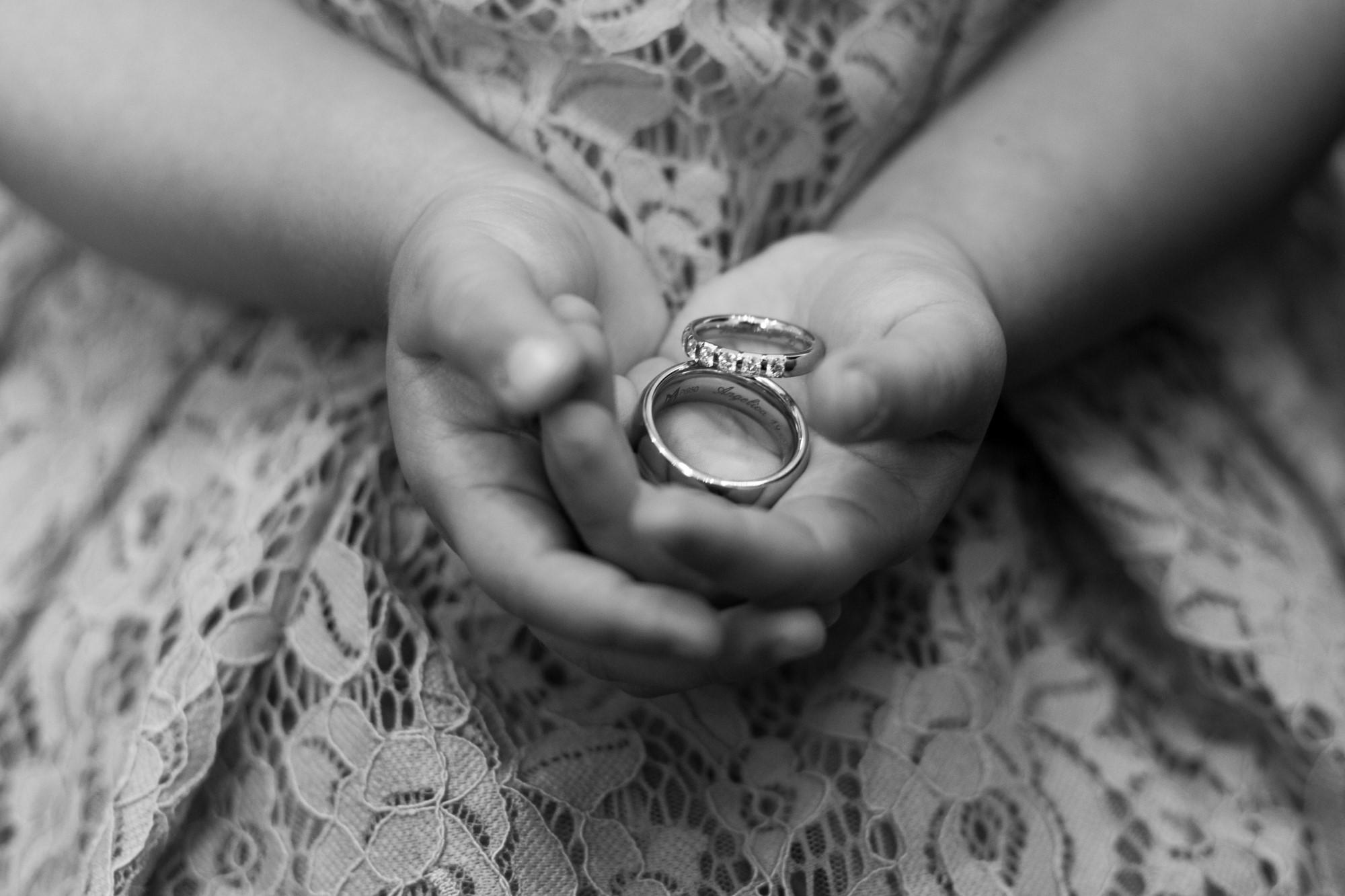 Kinderhände tragen die Hochzeitsringe