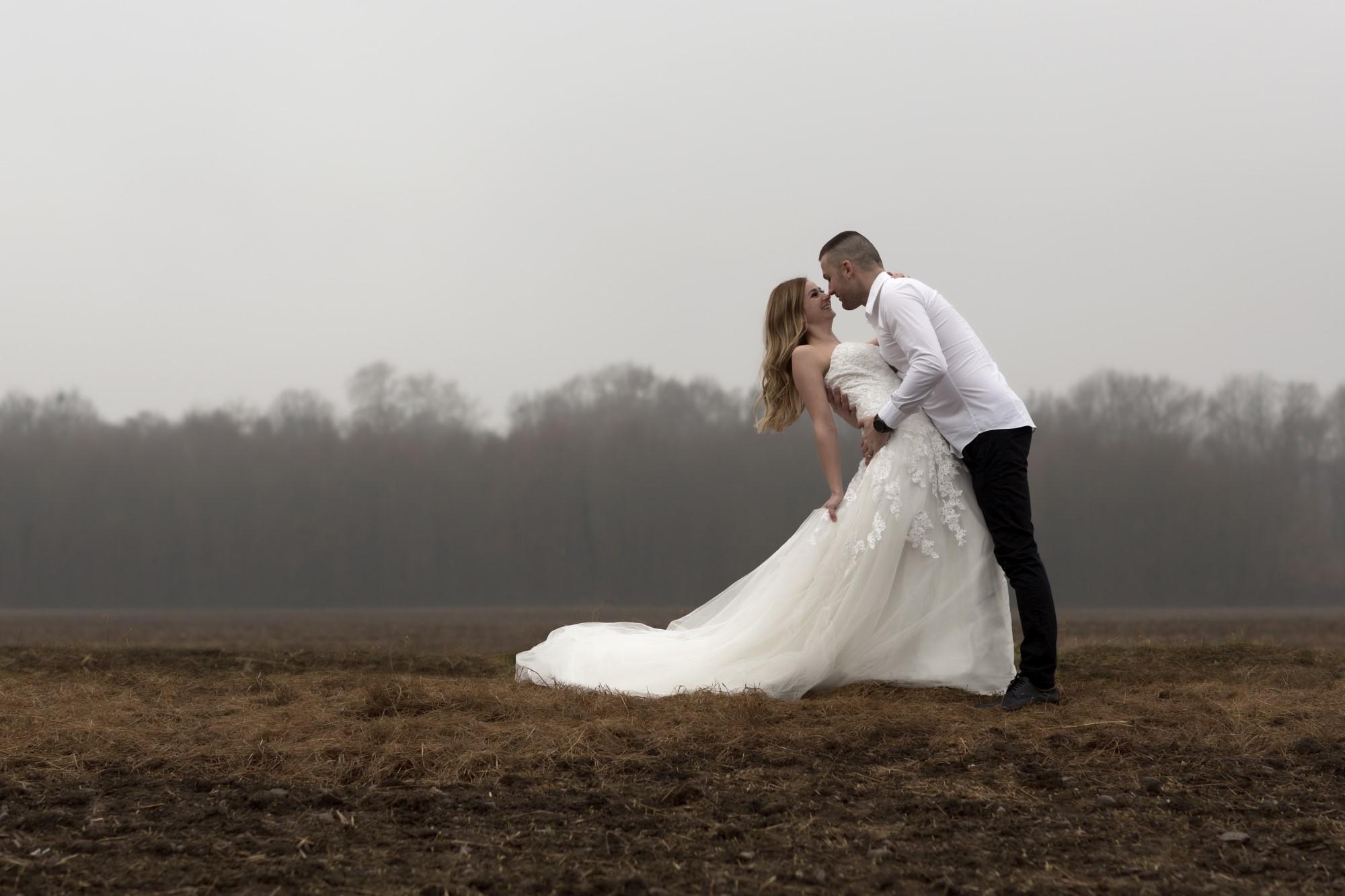 Tanzendes Brautpaar im Feld