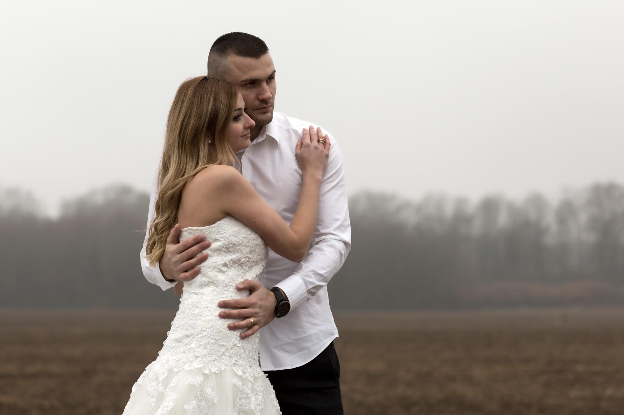 Brautpaar auf dem Feld im Winter