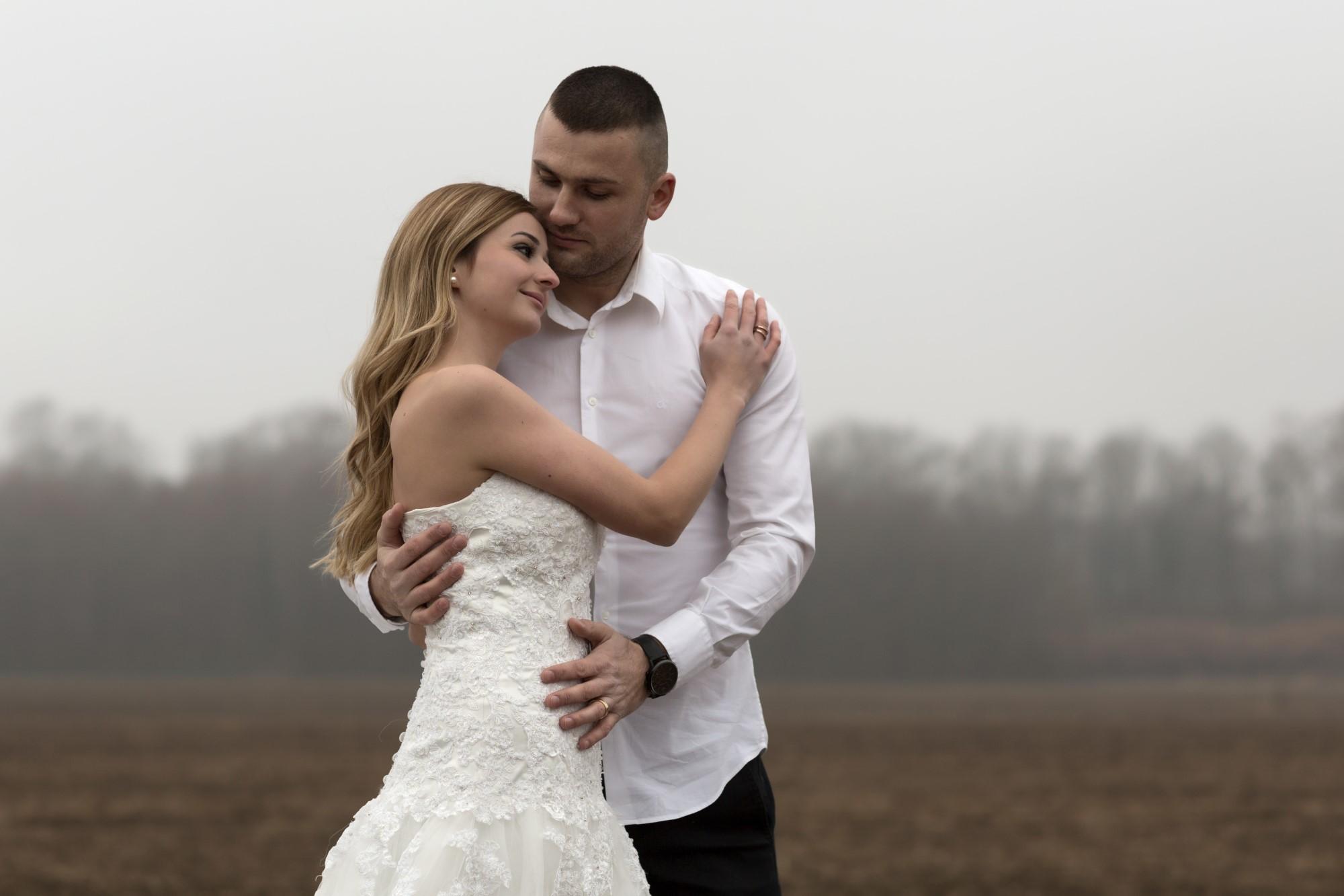 Glückliches Brautpaar beim Fotoshooting