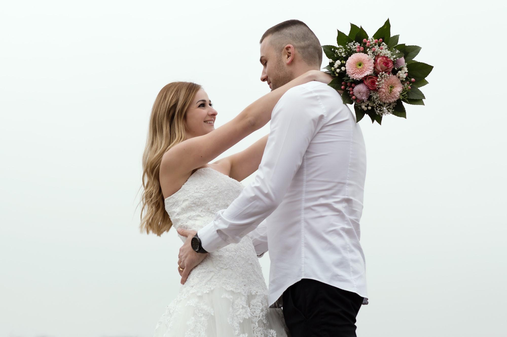 Romantisches Brautpaar Fotoshooting mit schönem Brautstrauss