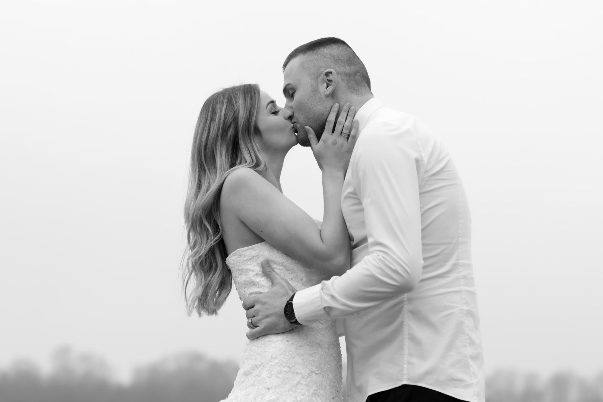 Brautpaar Kuss beim Fotoshooting