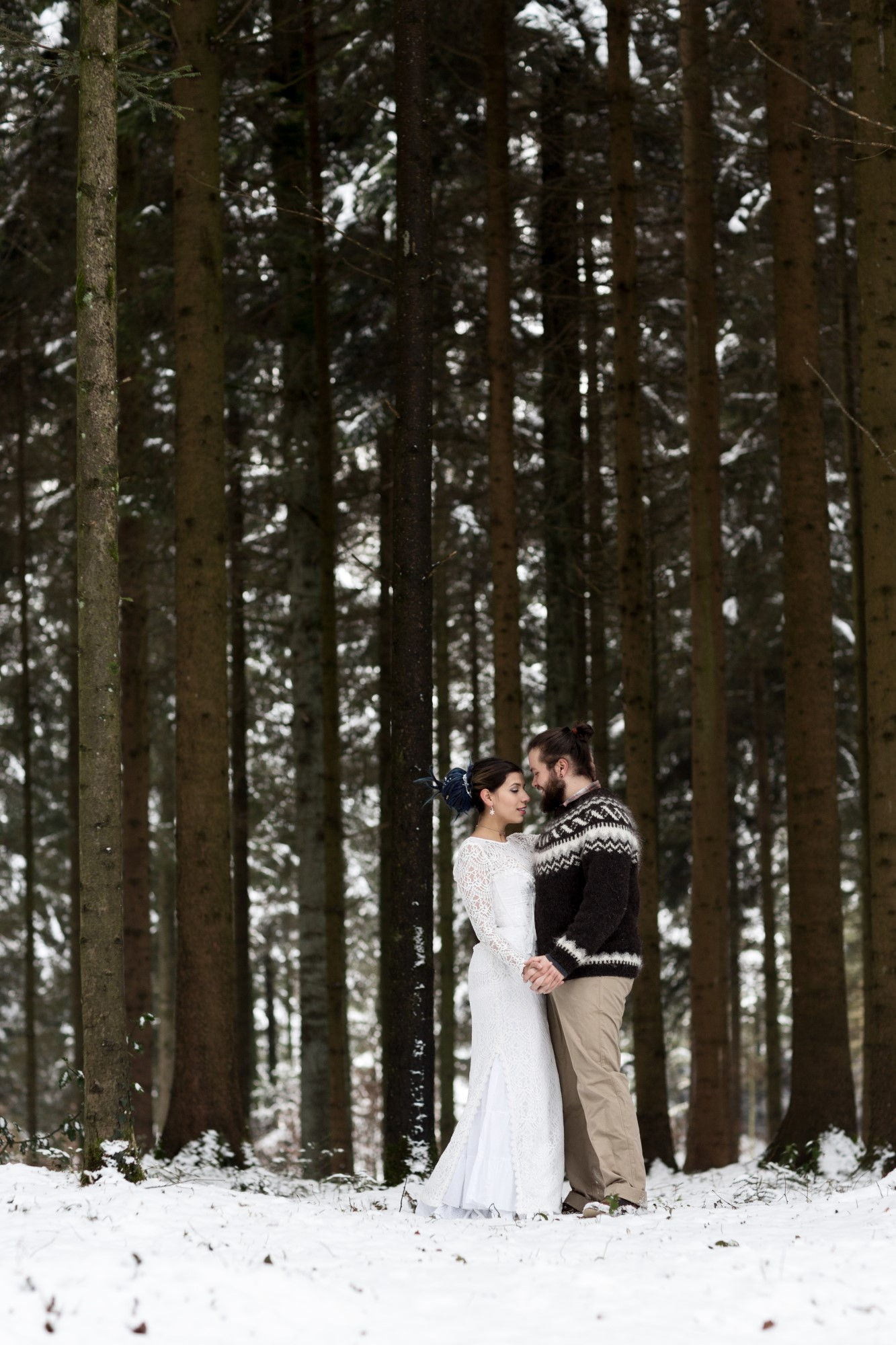 Romantisches Winter Paarfotoshooting im Wald