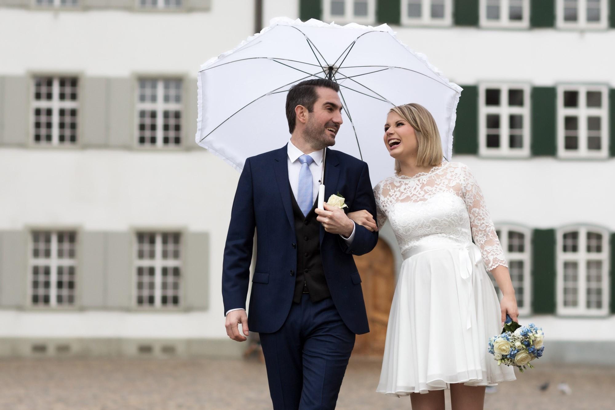 Regenhochzeit und glückliches Brautpaar