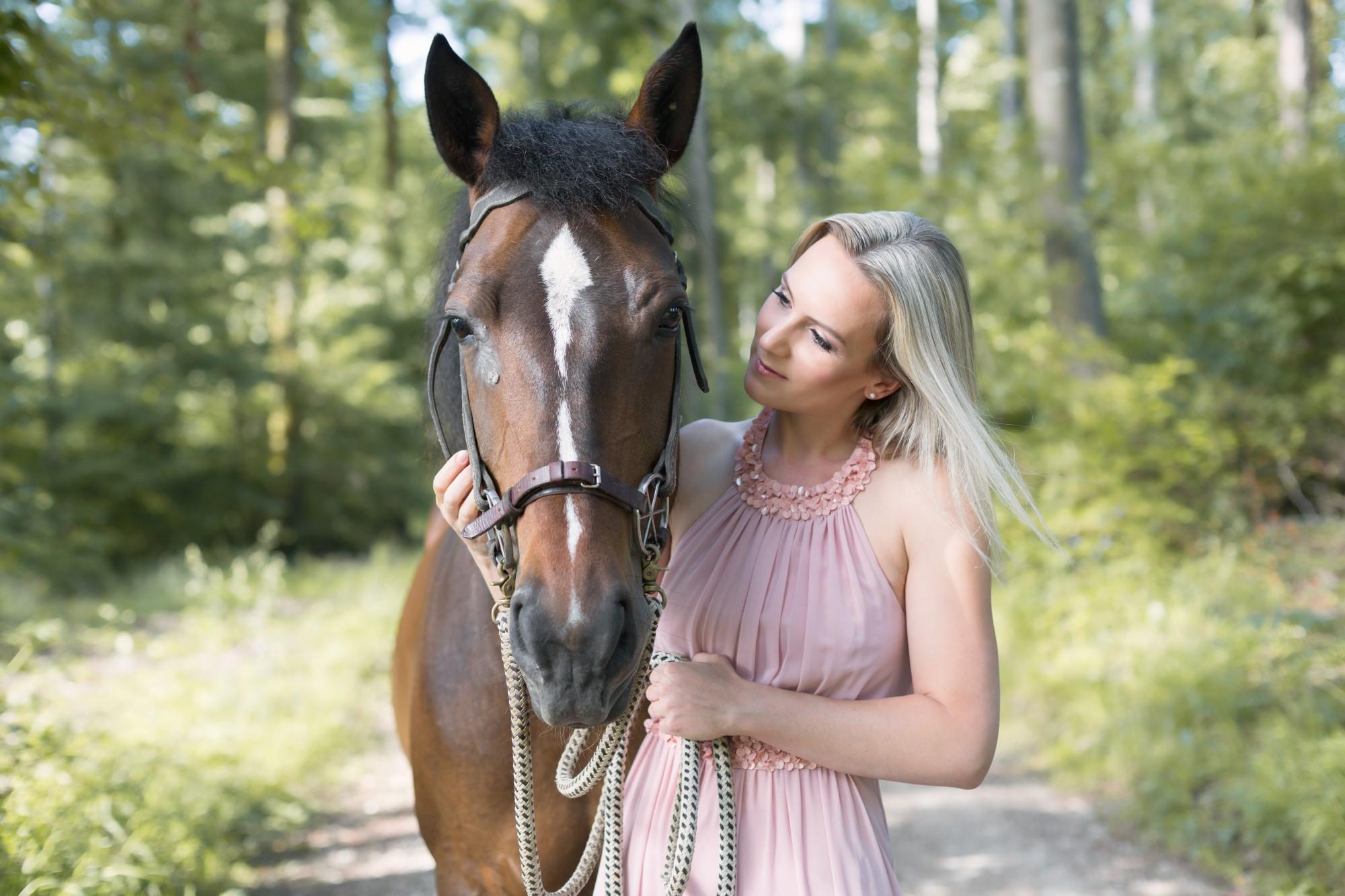 Cynthia mit ihrem Pferd Lotti beim Fotoshooting