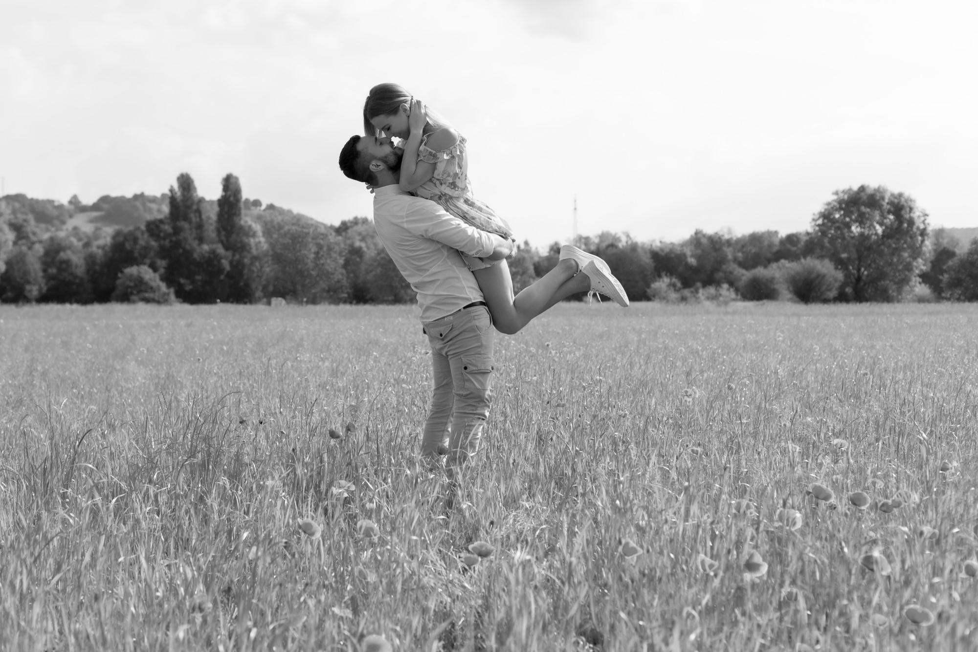 Romantisches Paar Fotoshooting in der Natur