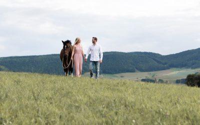 Paar Fotoshooting mit Pferd