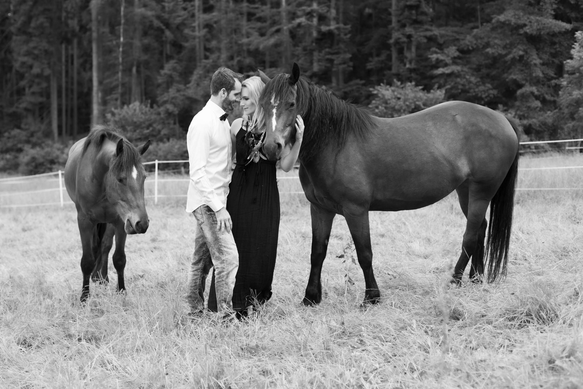 Schwarz Weiss Fotografie vom Paarfotoshooting mit dem Pferd