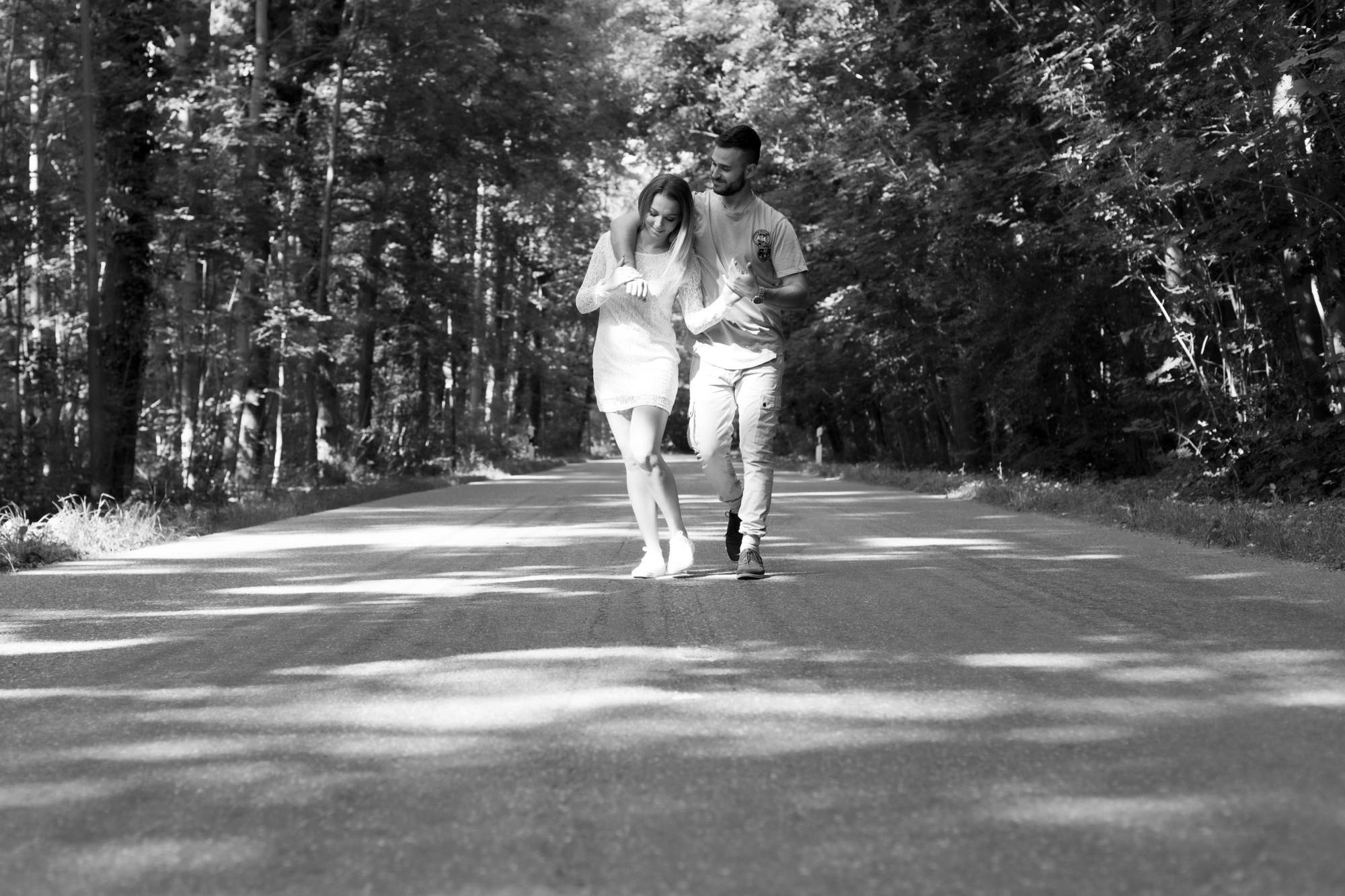 Romantisches Paar Fotoshooting auf einer Landstrasse