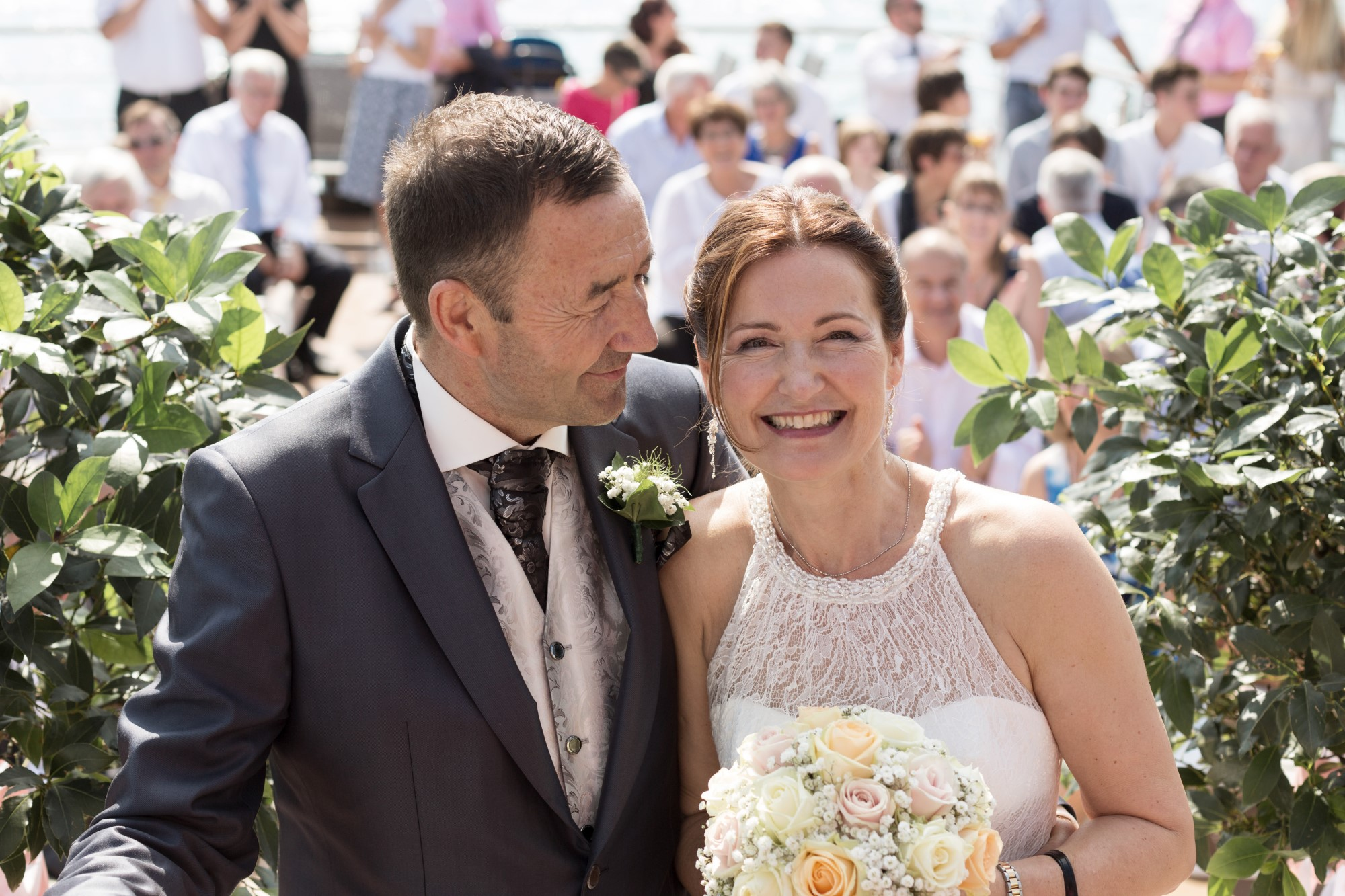 Glückliches Brautpaar nach der Die Kapitänstrauung auf der MS Christoph Merian