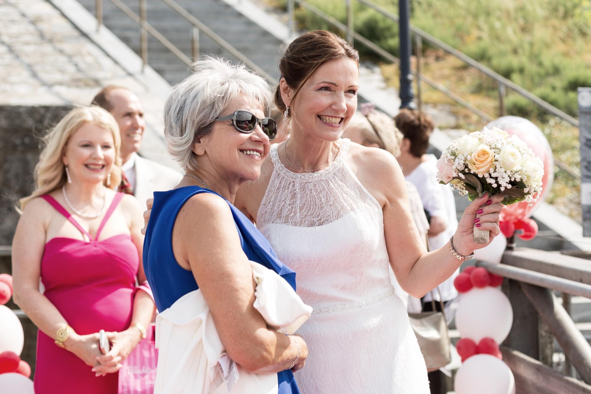 Braut begrüsst die Hochzeitsgäste