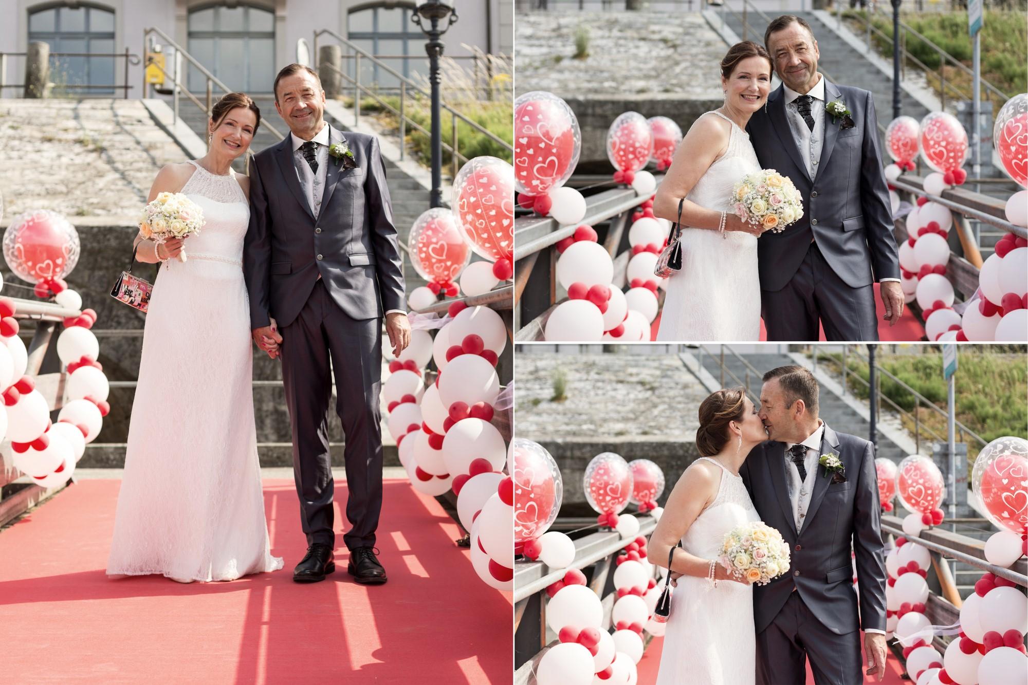 Das Brautpaar auf dem Steg mit den Ballons