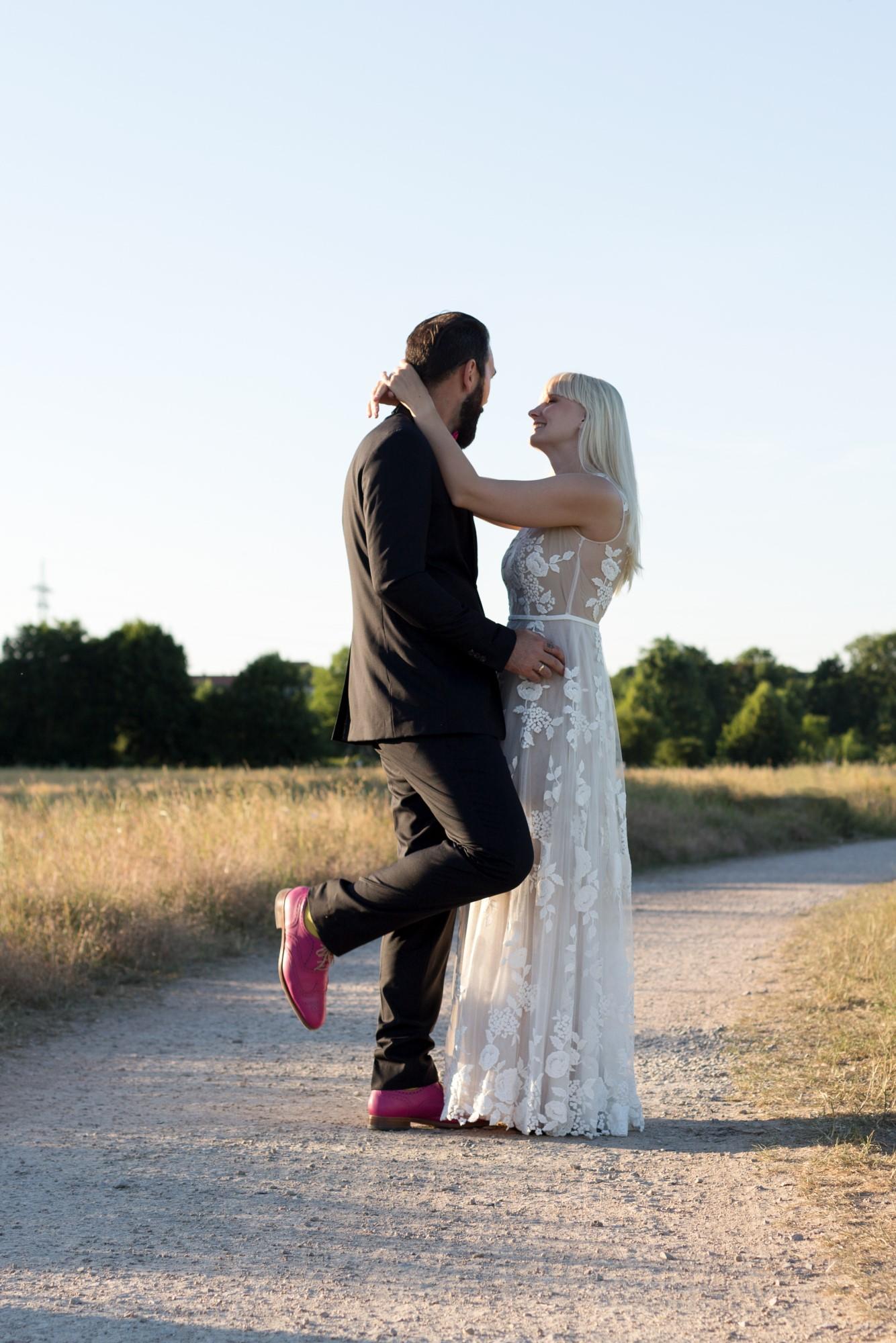Julia im Brautkleid und Andre in seinen pinken Schuhen