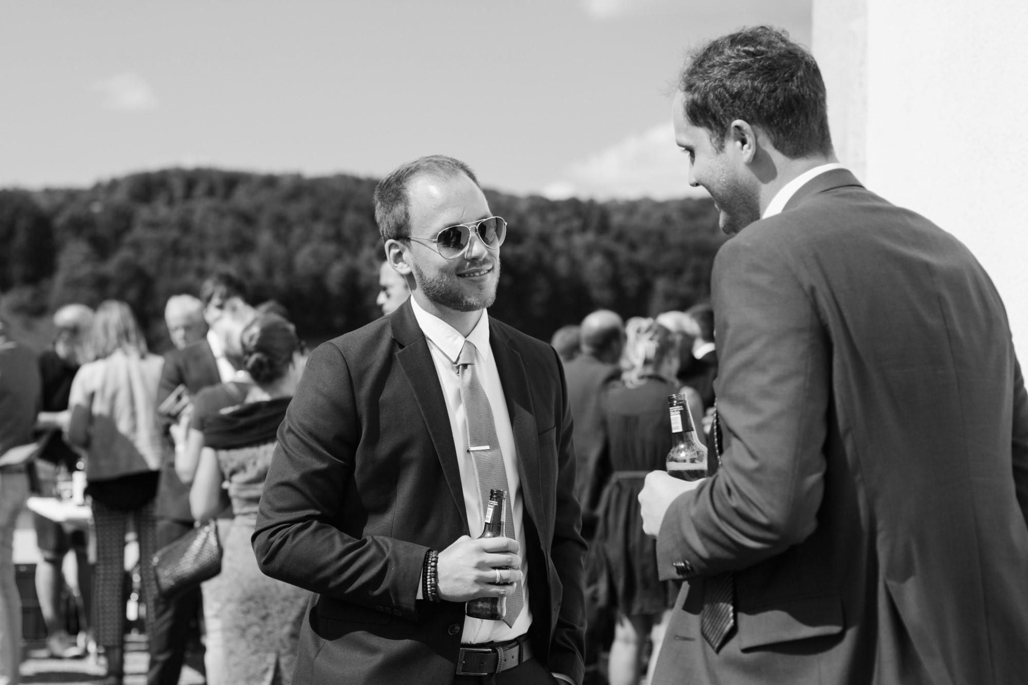 Hochzeitsgäste beim Apero