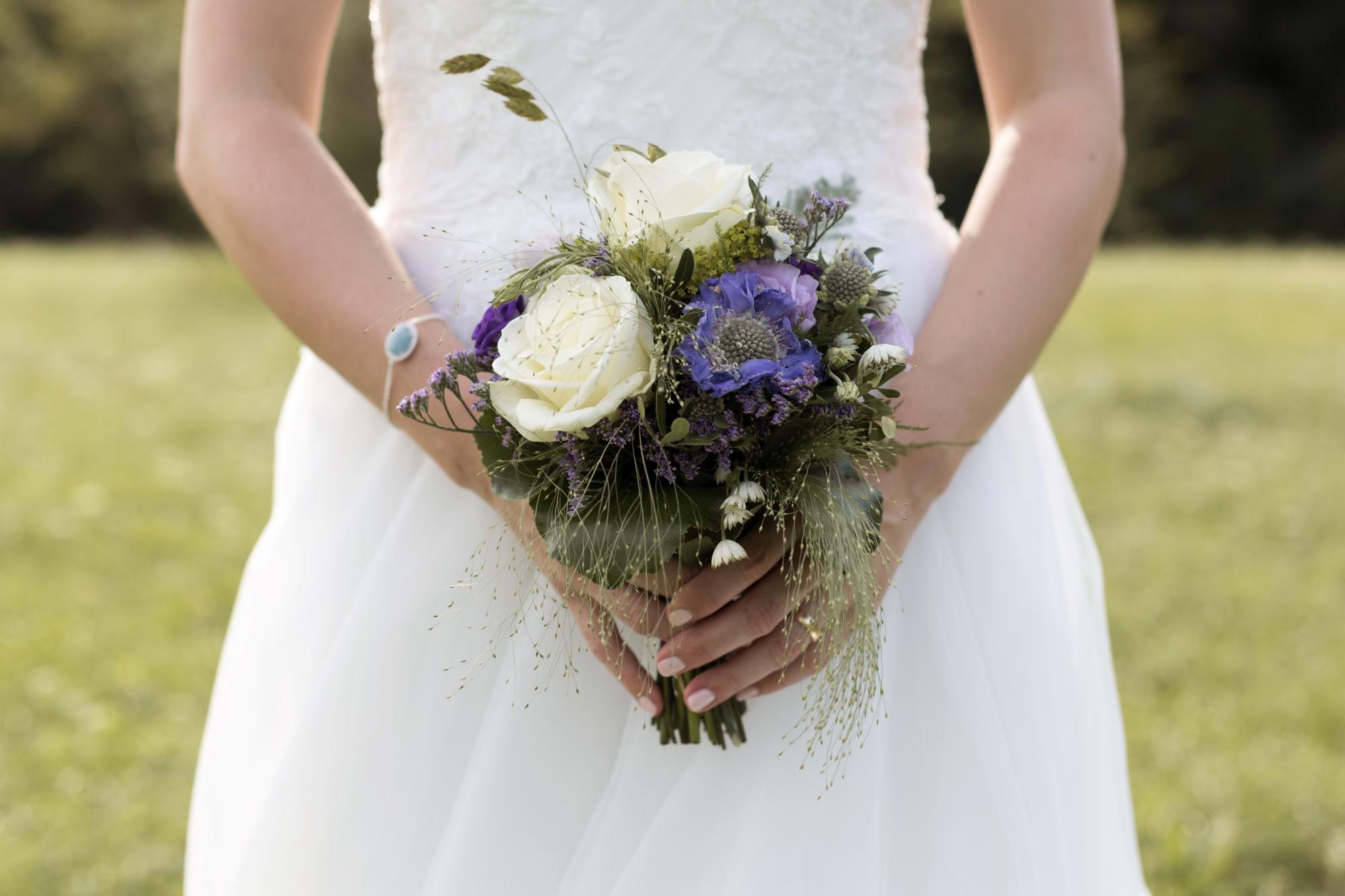 Die Braut hält den Brautstrauss - Detail Fotografie