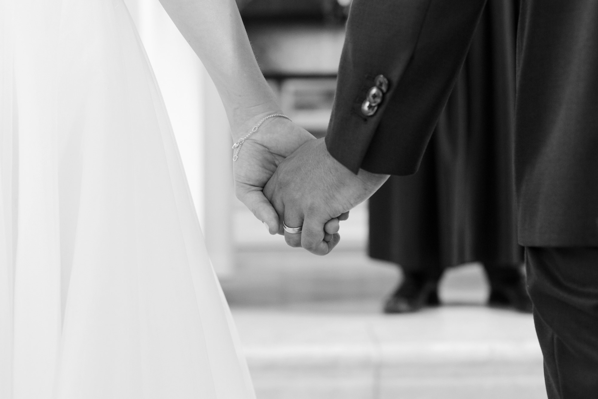 Das Brautpaar hält sich an den Händen