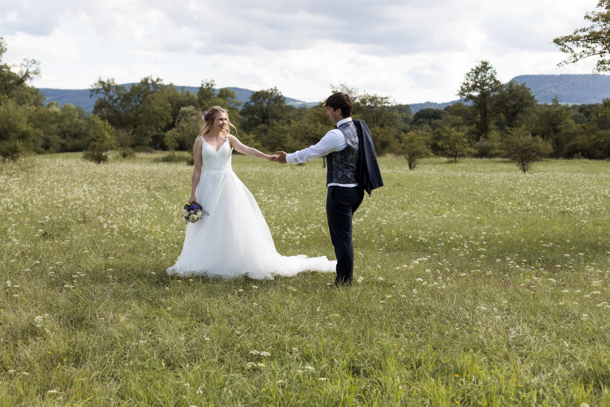 Brautpaar Fotoshooting auf einer schönen Wiese