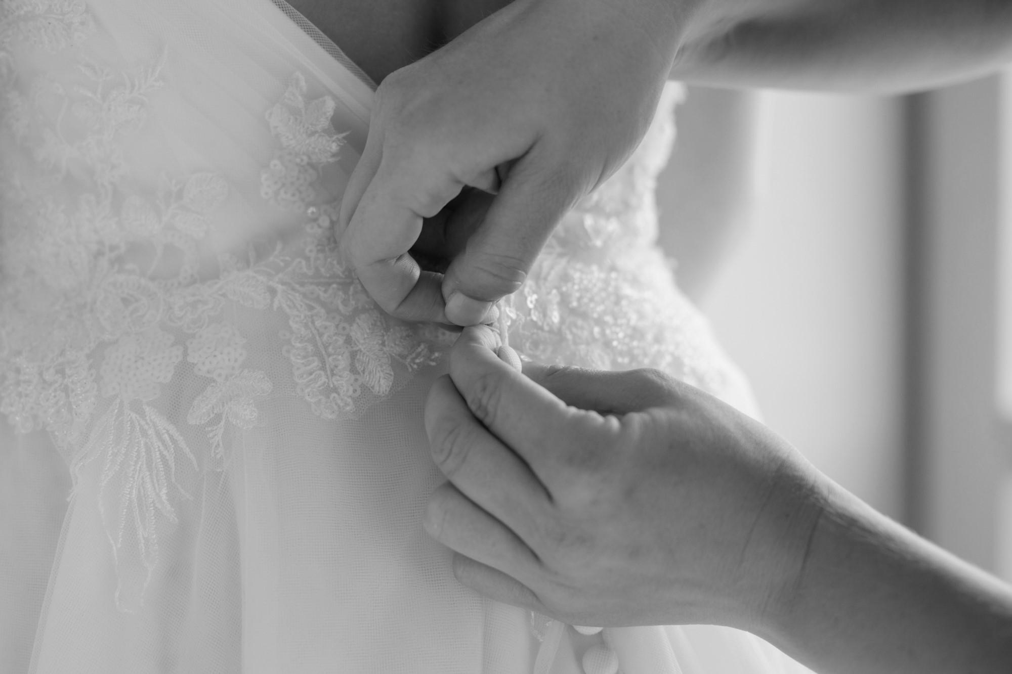 Die Knöpfe am Brautkleid - Getting Ready Fotografie