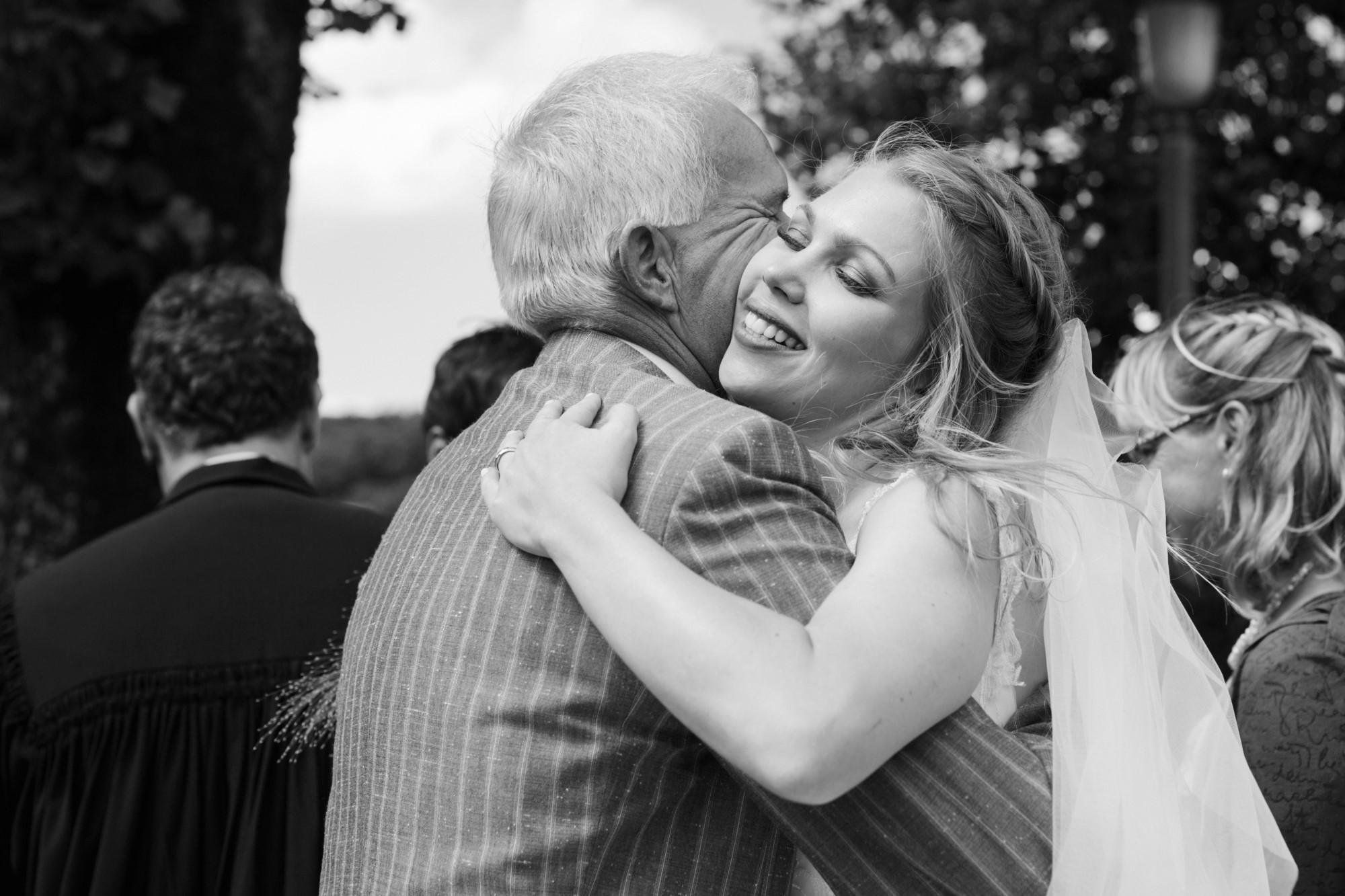 Papa gratuliert der Braut