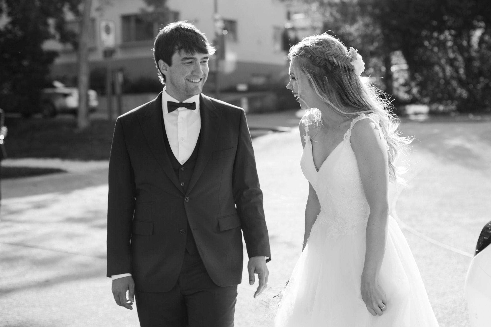 Das glückliche Brautpaar trifft in Binningen ein