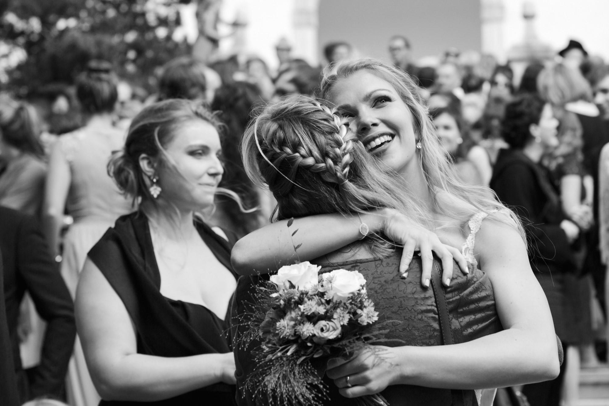 Mama gratuliert der Braut