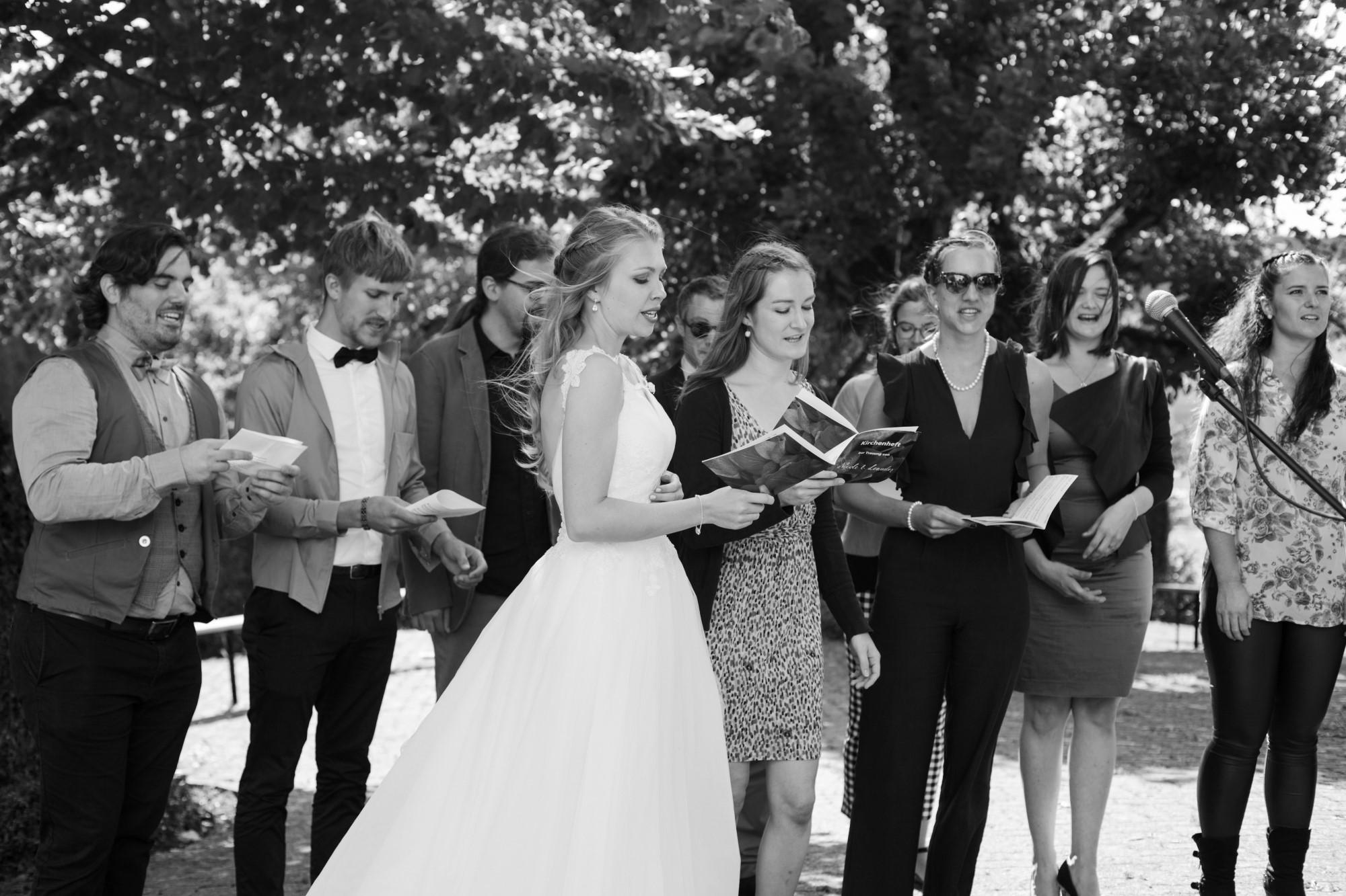Die Braut singt mit dem Chor