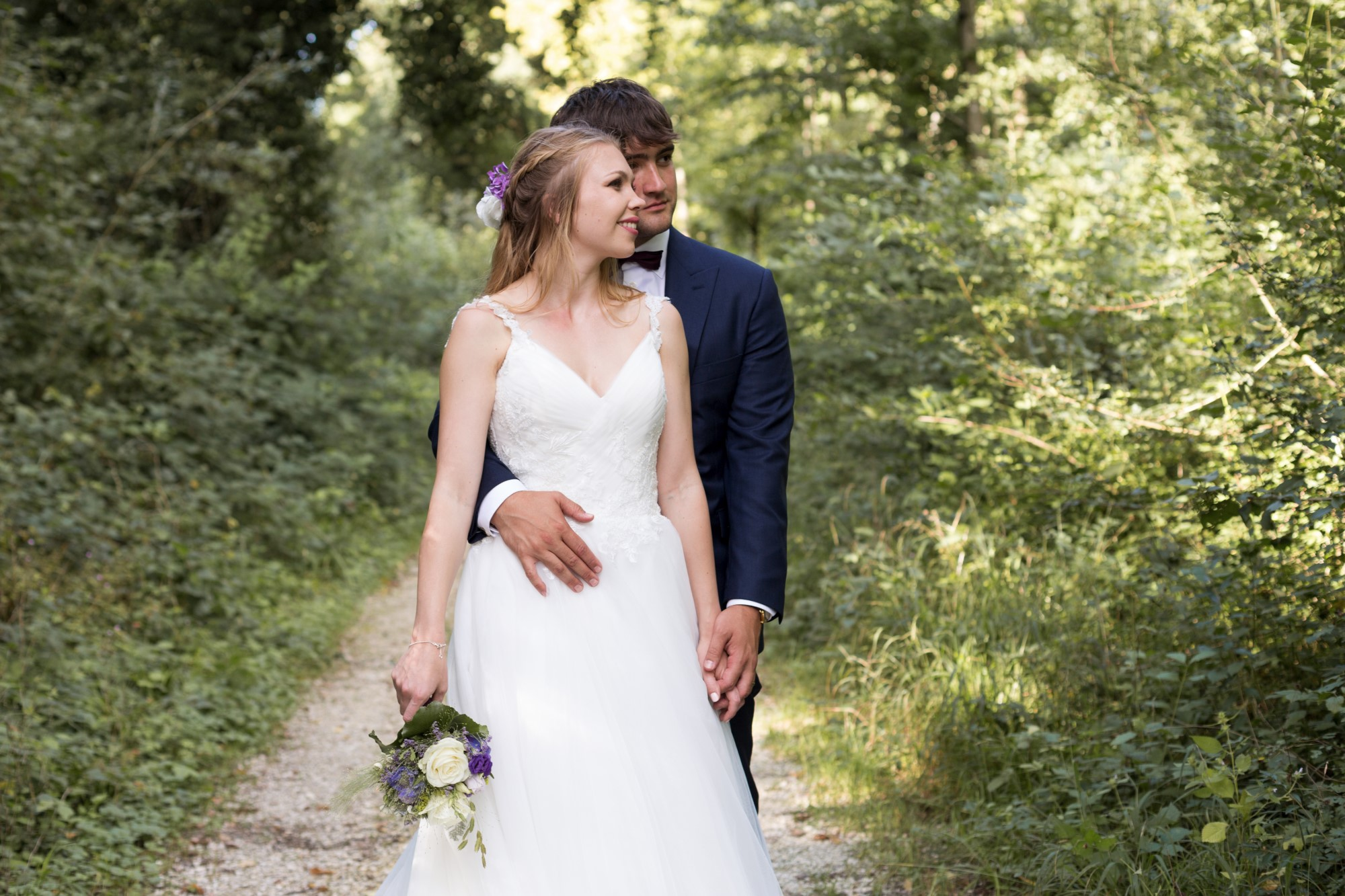 Der Bräutigam hält die Braut beim Fotoshooting