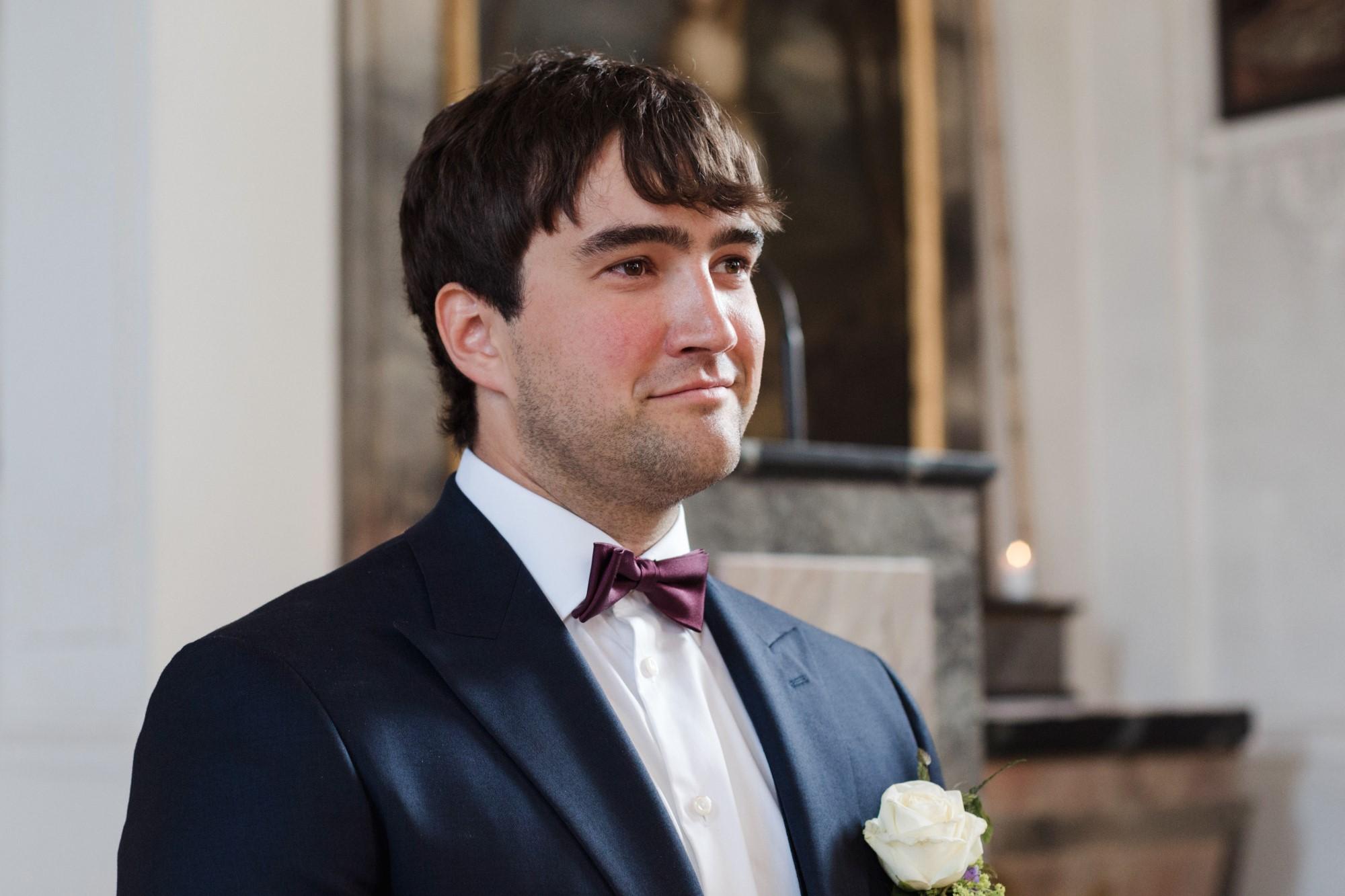 Bräutigam Leander wartet auf die Braut Nicole