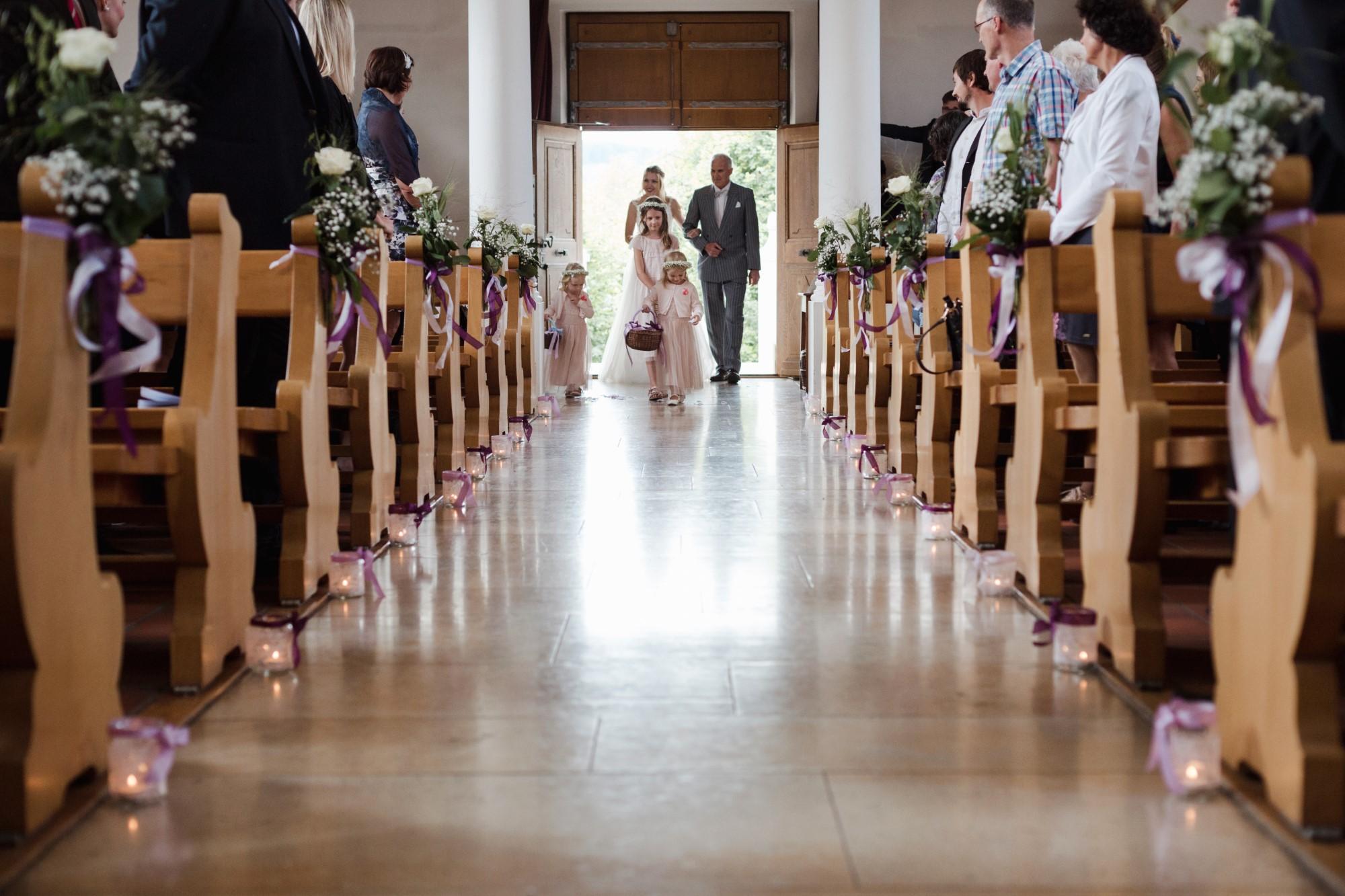 Der Einzug in die Kirche mit der Braut und den Blumenmädchen