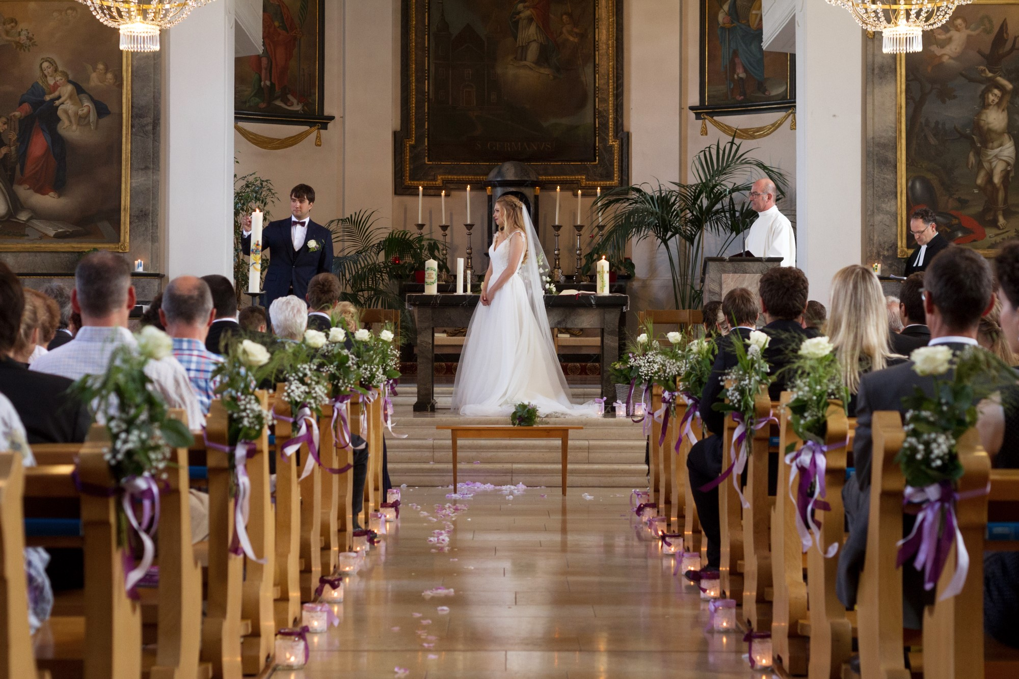 Das Brautpaar zündet die Taufkerze an