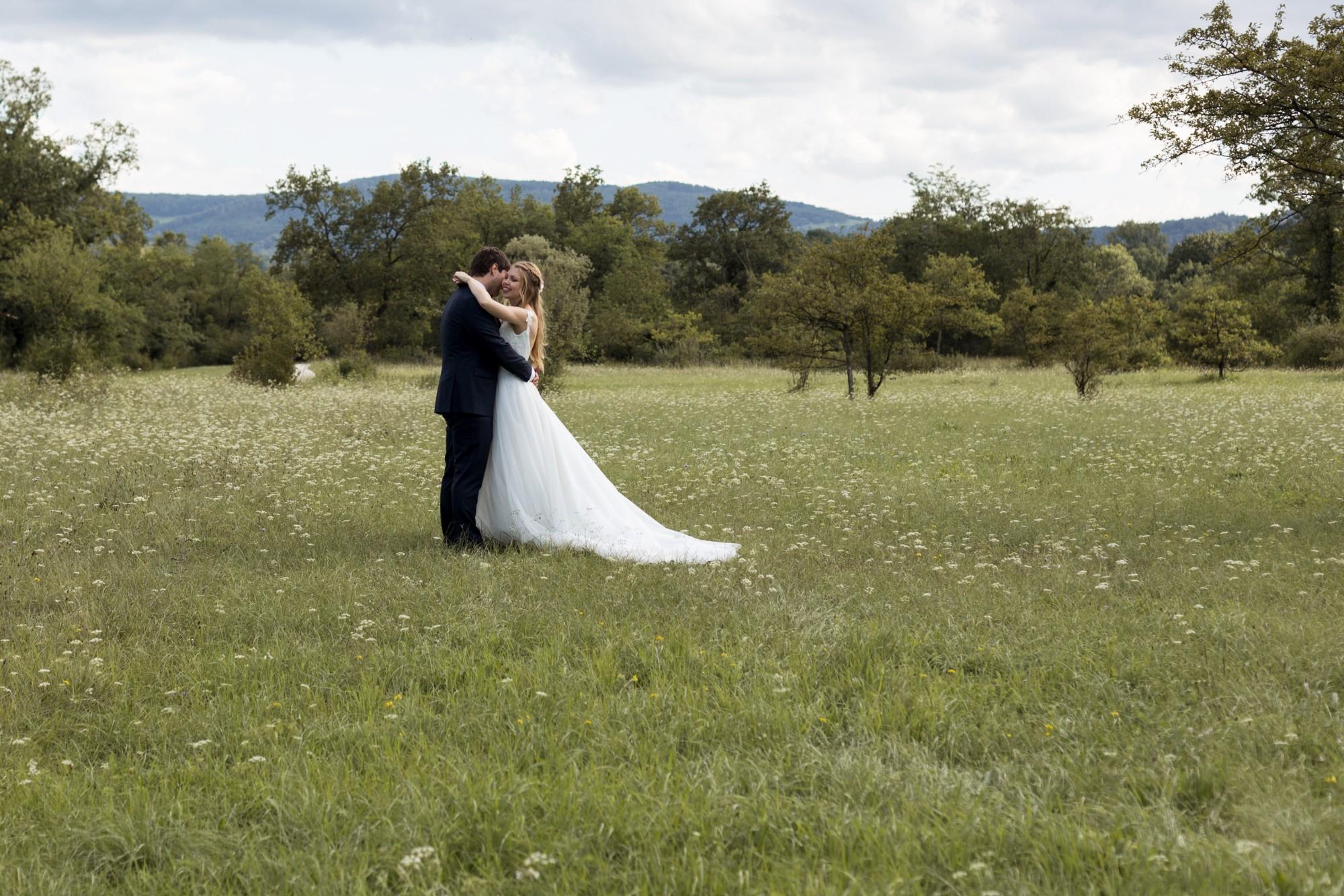 Brautpaar Fotoshooting - Das Brautpaar umarmt sich