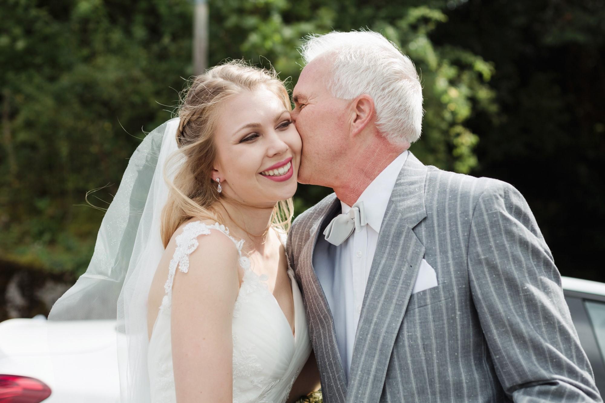 Der Papa begrüsst die schöne Braut