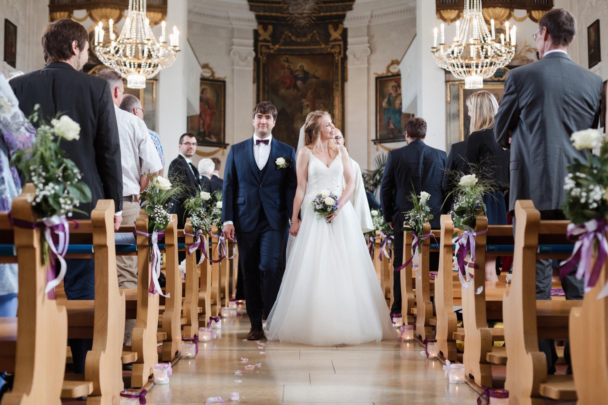 Das Brautpaar spaziert aus der Kirche