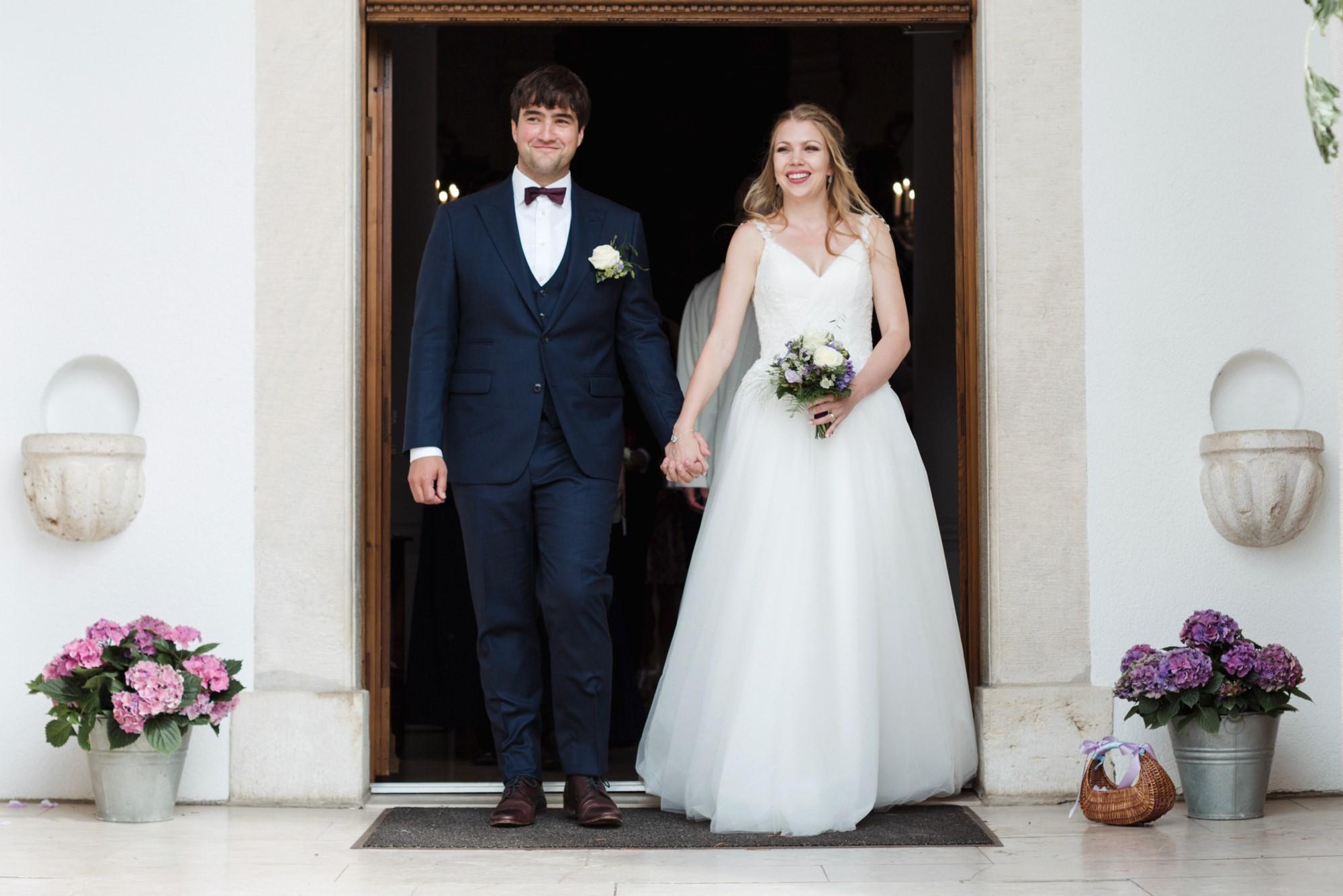 Das Brautpaar vor der Kirche