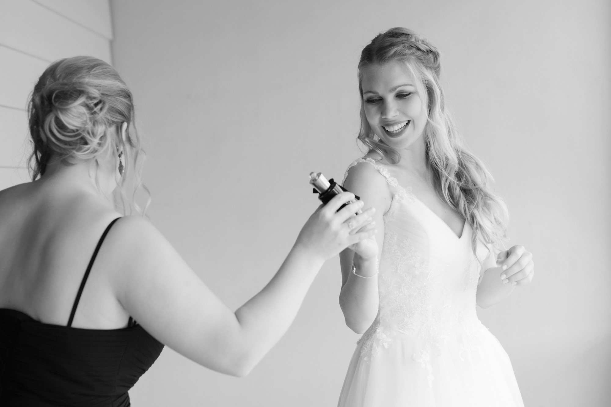 Die Schwester der Braut gibt der Braut das Parfum