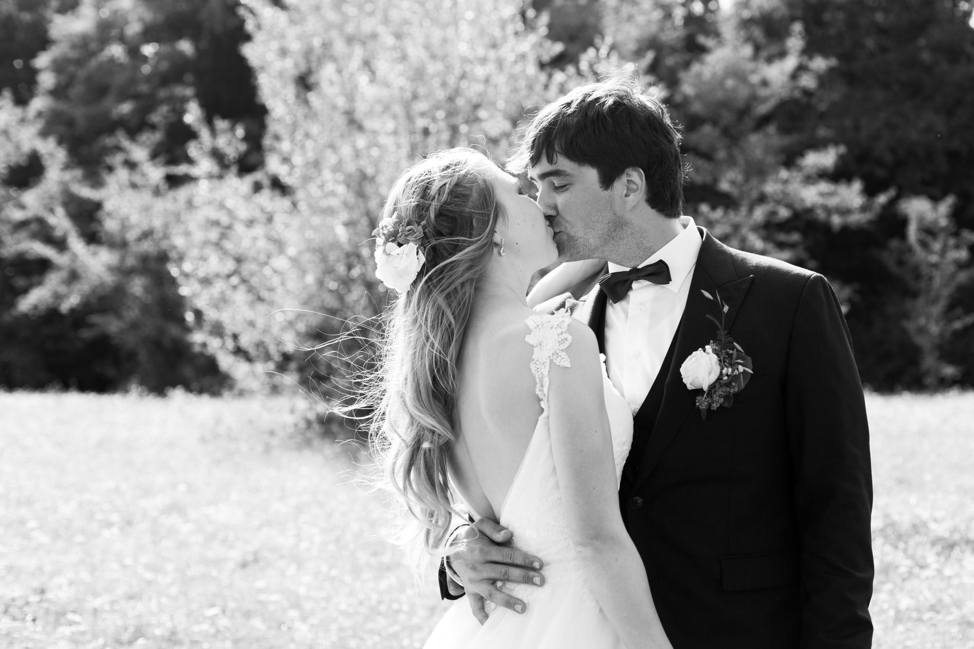 Das Brautpaar küsst sich beim Fotoshooting