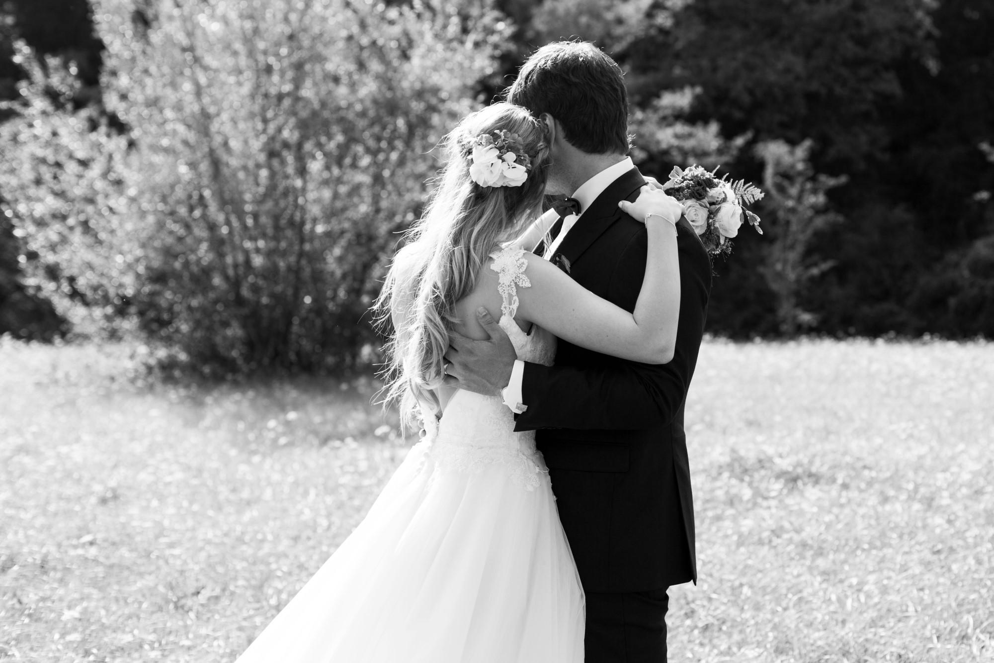 Das Brautpaar blickt in die Ferne