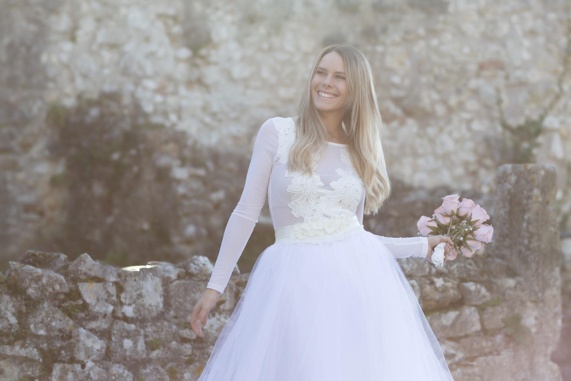 Die lachende Braut Tanja beim Fotoshooting