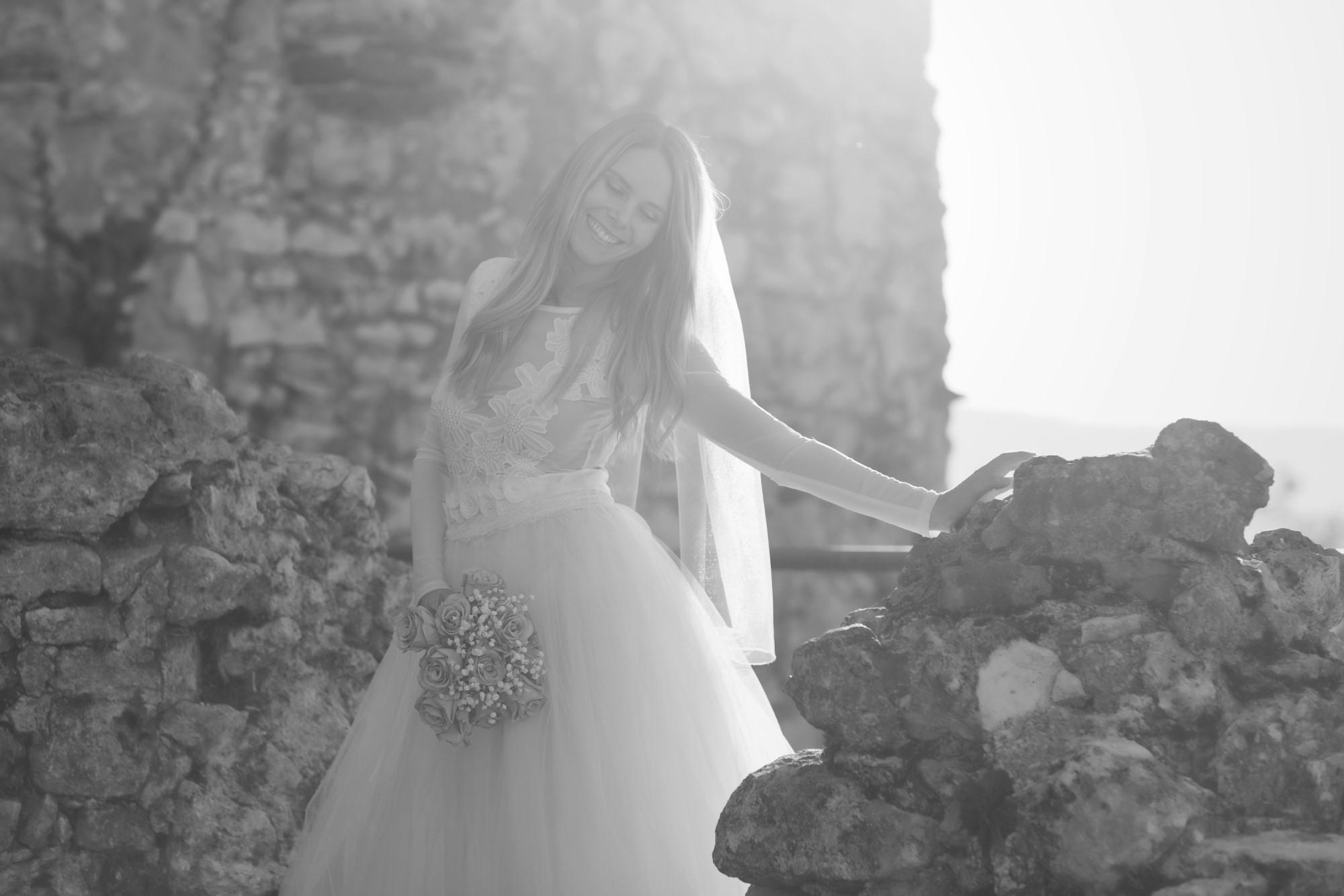 Die glückliche Braut beim Fotoshooting