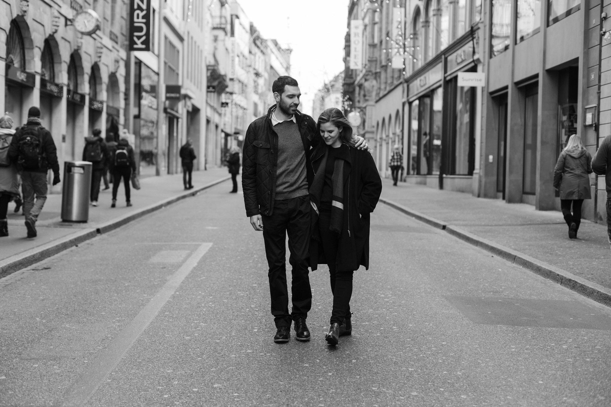 Marianne und Patrick spazieren in der Freienstrasse