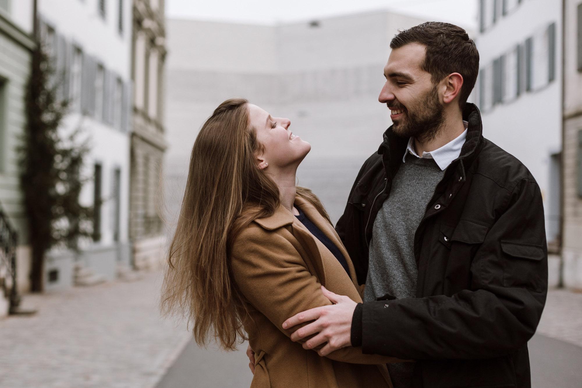 Verliebtes Paar beim Fotoshooting im Winter