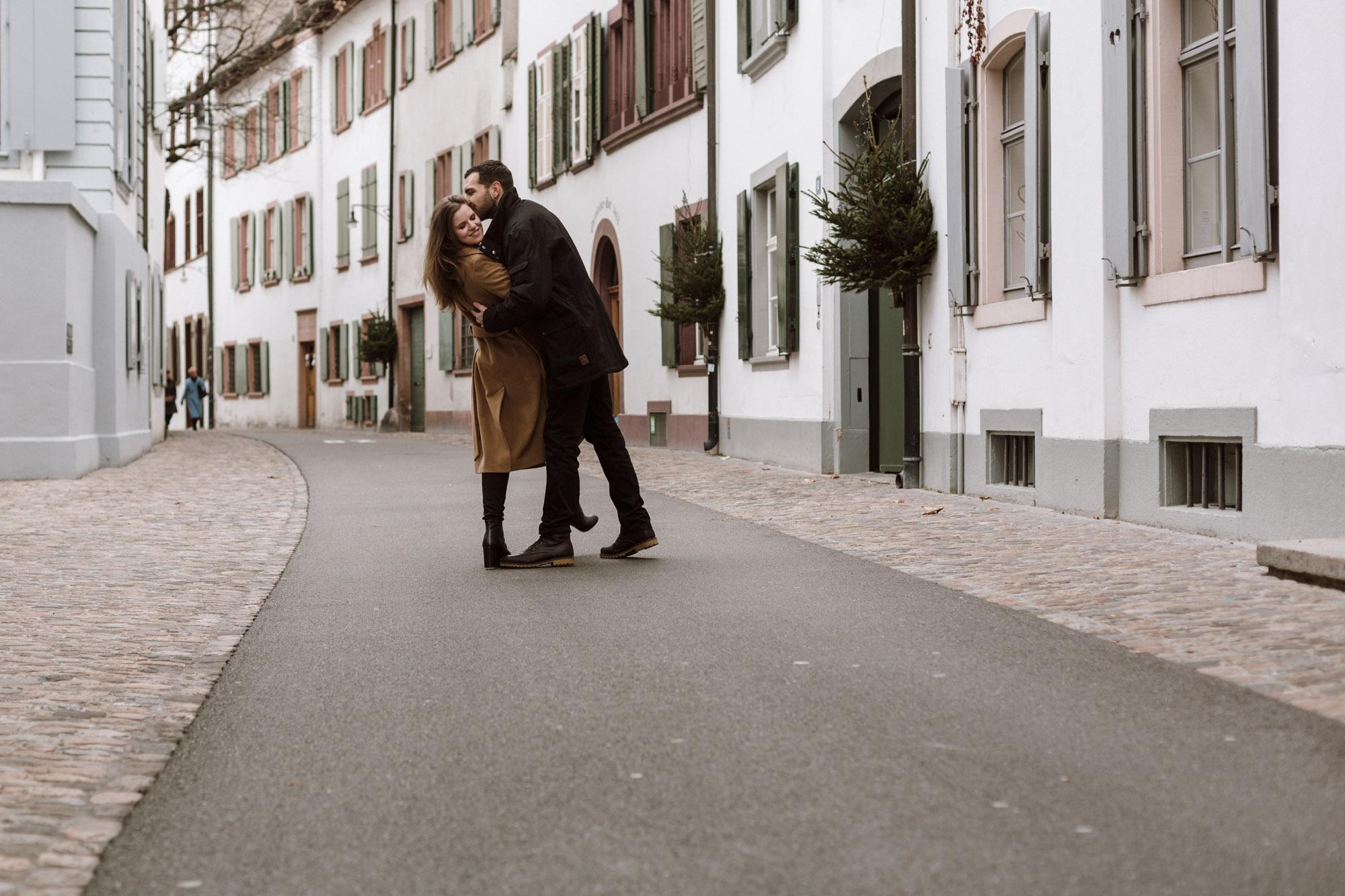 Das Paar tanzt in der Altstadt von Basel im Winter