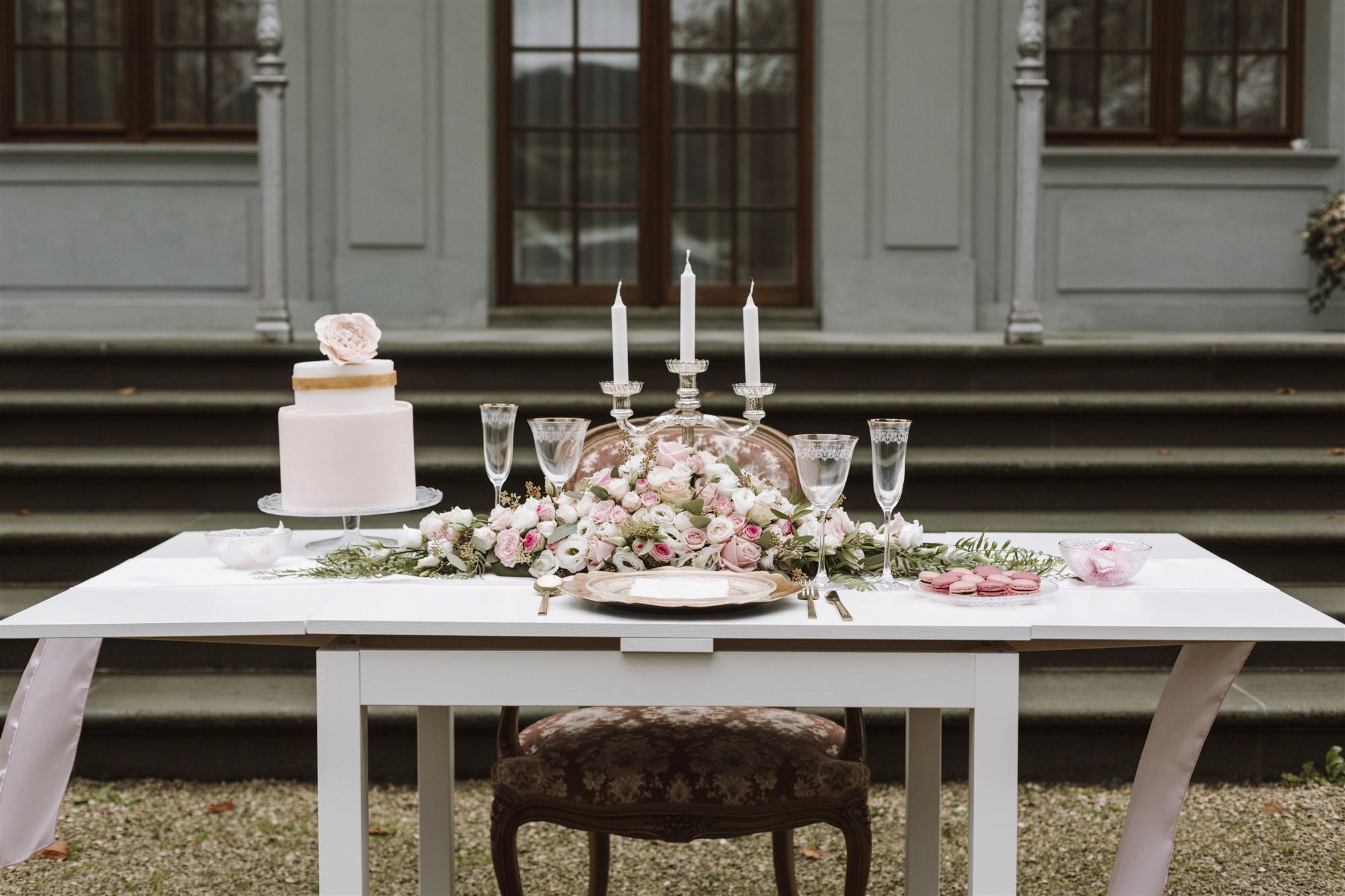 Hochzeitsdekoration in Rosa, Weiss und Gold