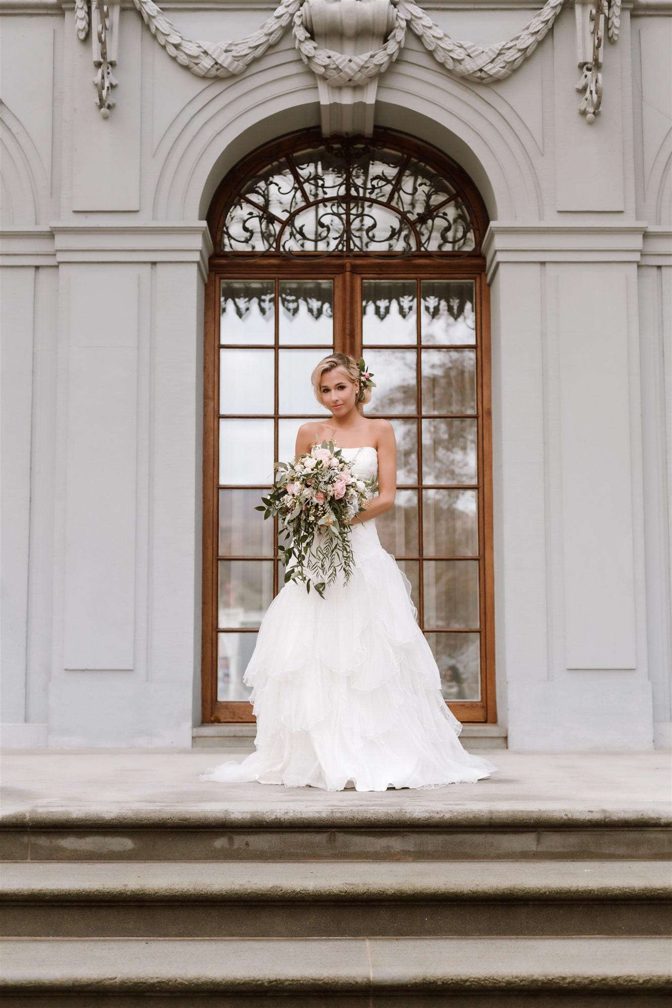 Die schöne Braut vor dem Schloss Ebenrain