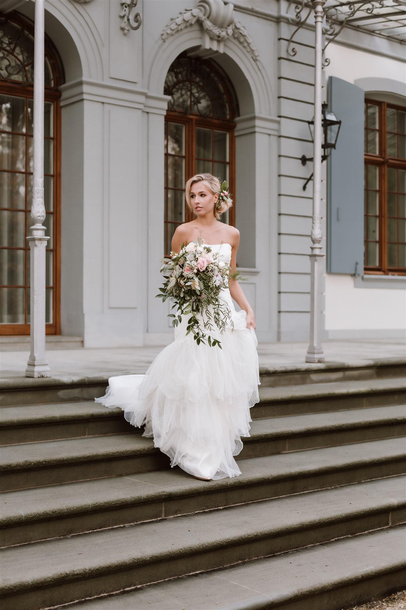 Die Braut kommt die Treppe hinunter