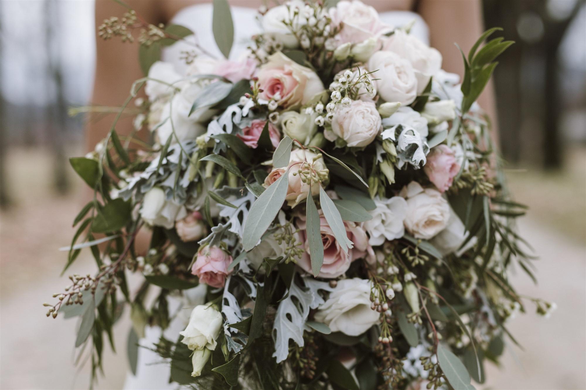 Brautstrauss in Rosa, Weiss und Gold