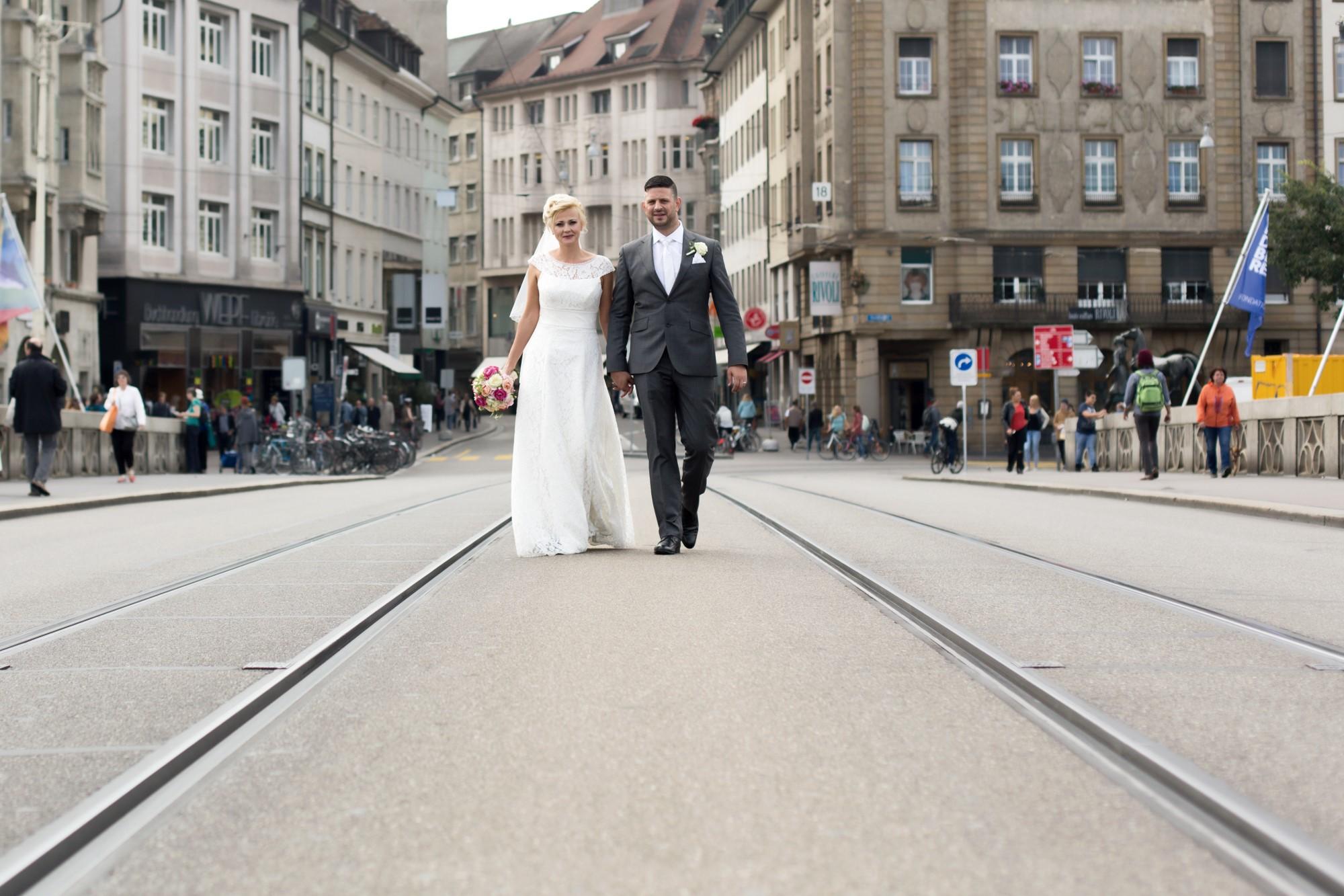 Brautpaar spaziert über die Mittlere Bruecke in Basel