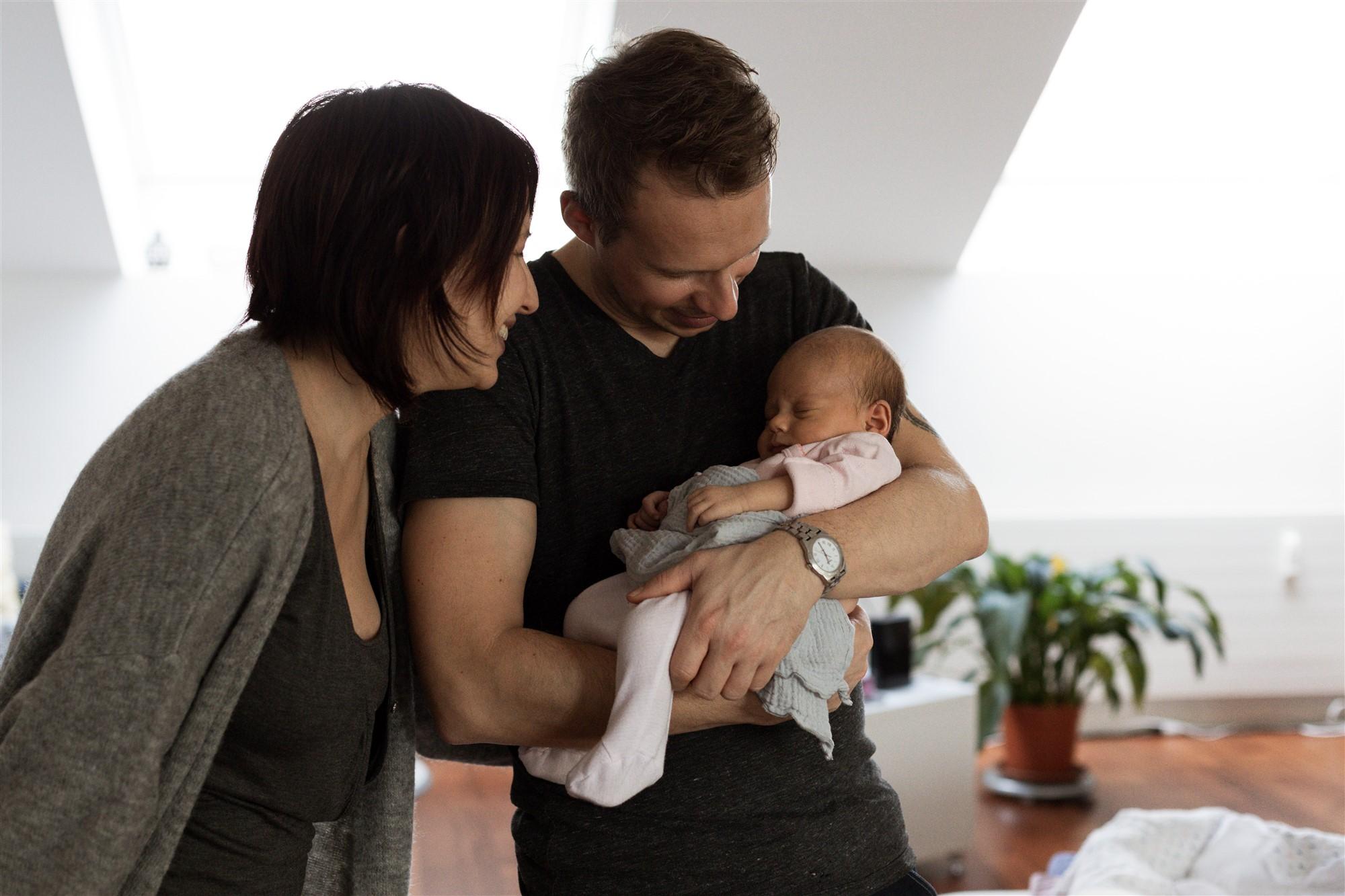Newborn Homestory Fotoshooting - Die frischgebackenen Eltern mit ihrem Baby